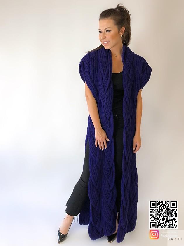 На фотографии женский фиолетовый жилет от Shapar, бренда вязаной одежды ручной работы в интернет-магазине связанных спицами вещей.