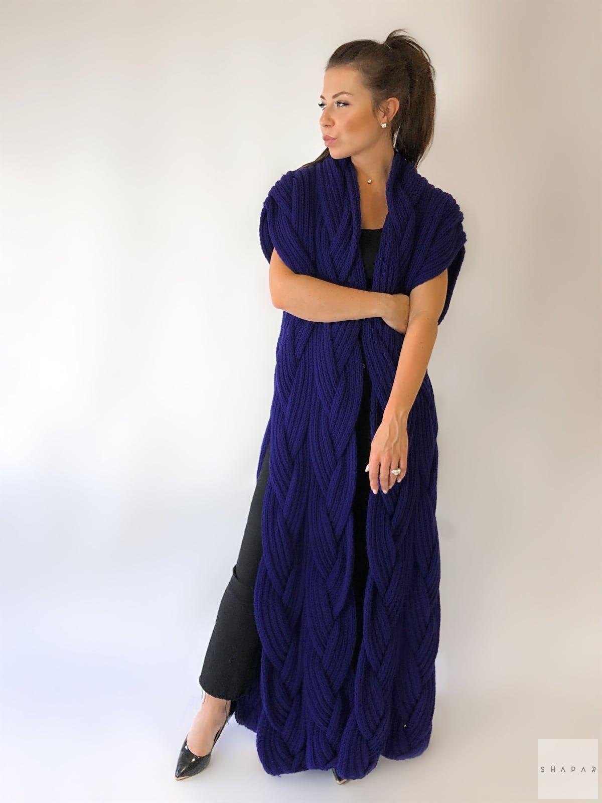 На пятой фотографии длинный фиолетовый жилет для женщин от Shapar, бренда вязаной одежды ручной работы в интернет-магазине связанных спицами вещей.