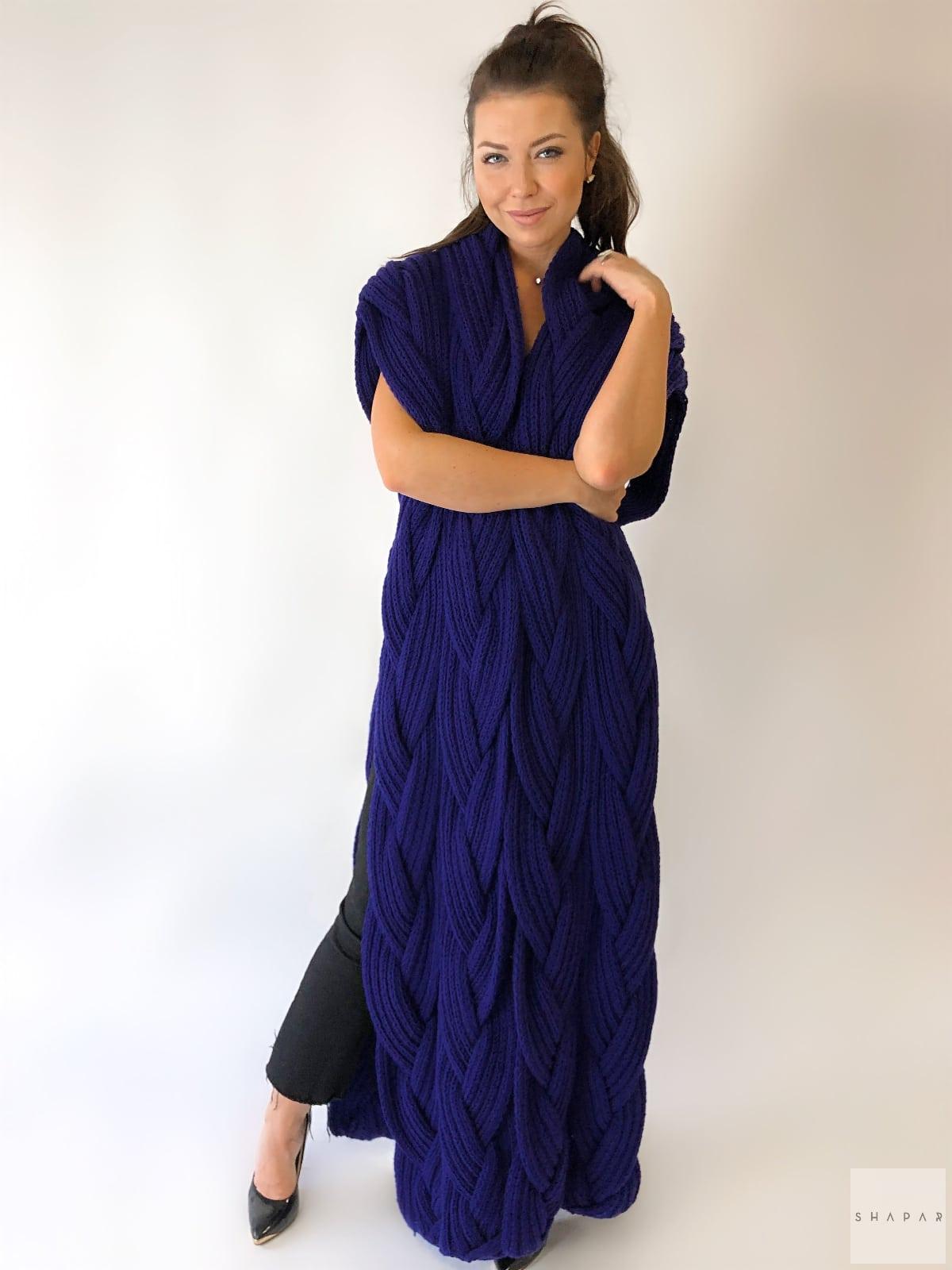 На четвертой фотографии модный фиолетовый жилет для девушек от Shapar, бренда вязаной одежды ручной работы в интернет-магазине связанных спицами вещей.