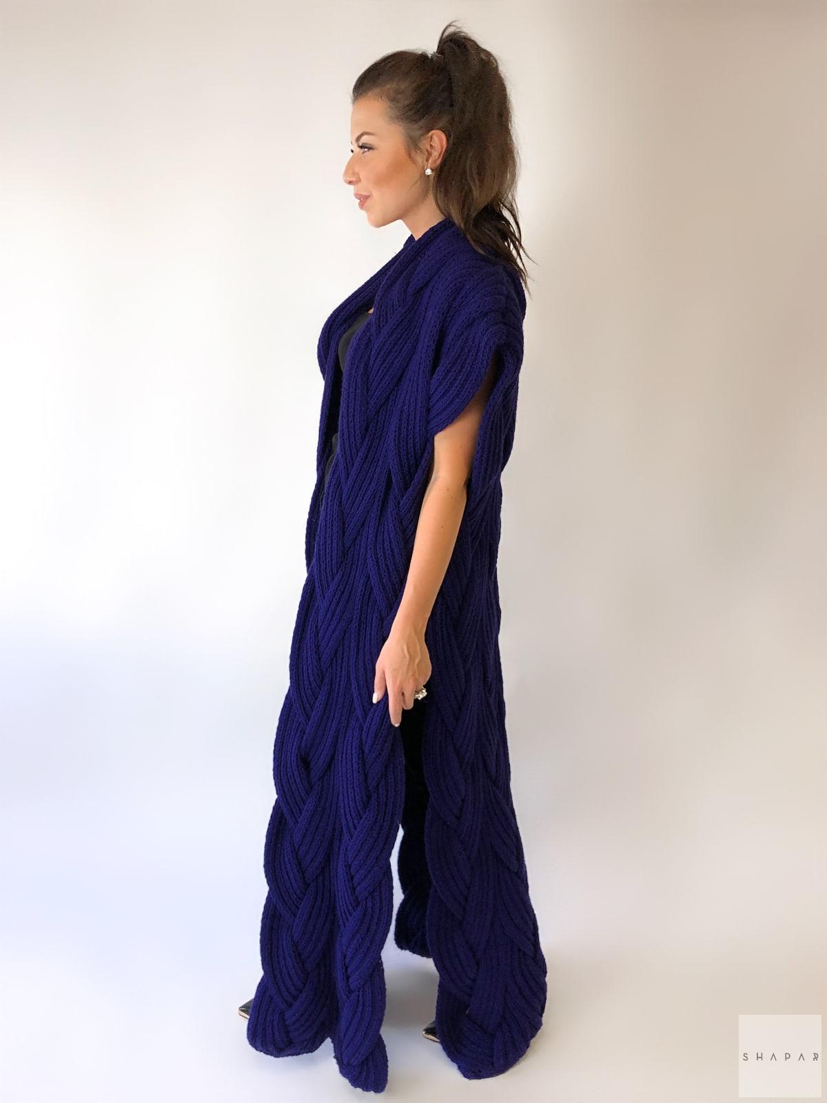 На третьей фотографии женский фиолетовый жилет в косах от Shapar, бренда вязаной одежды ручной работы в интернет-магазине связанных спицами вещей.
