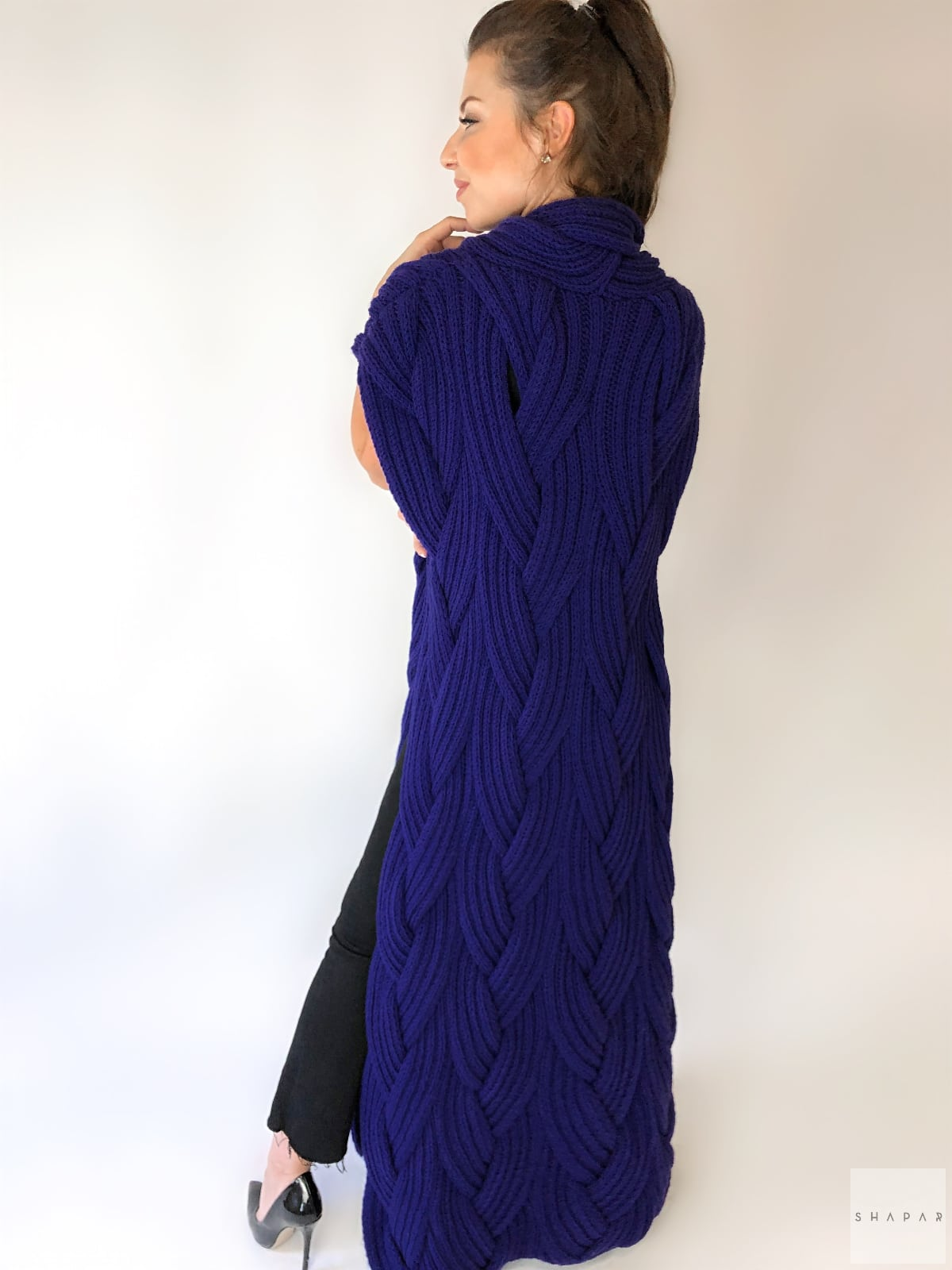 На второй фотографии женский фиолетовый жилет со спины от Shapar, бренда вязаной одежды ручной работы в интернет-магазине связанных спицами вещей.