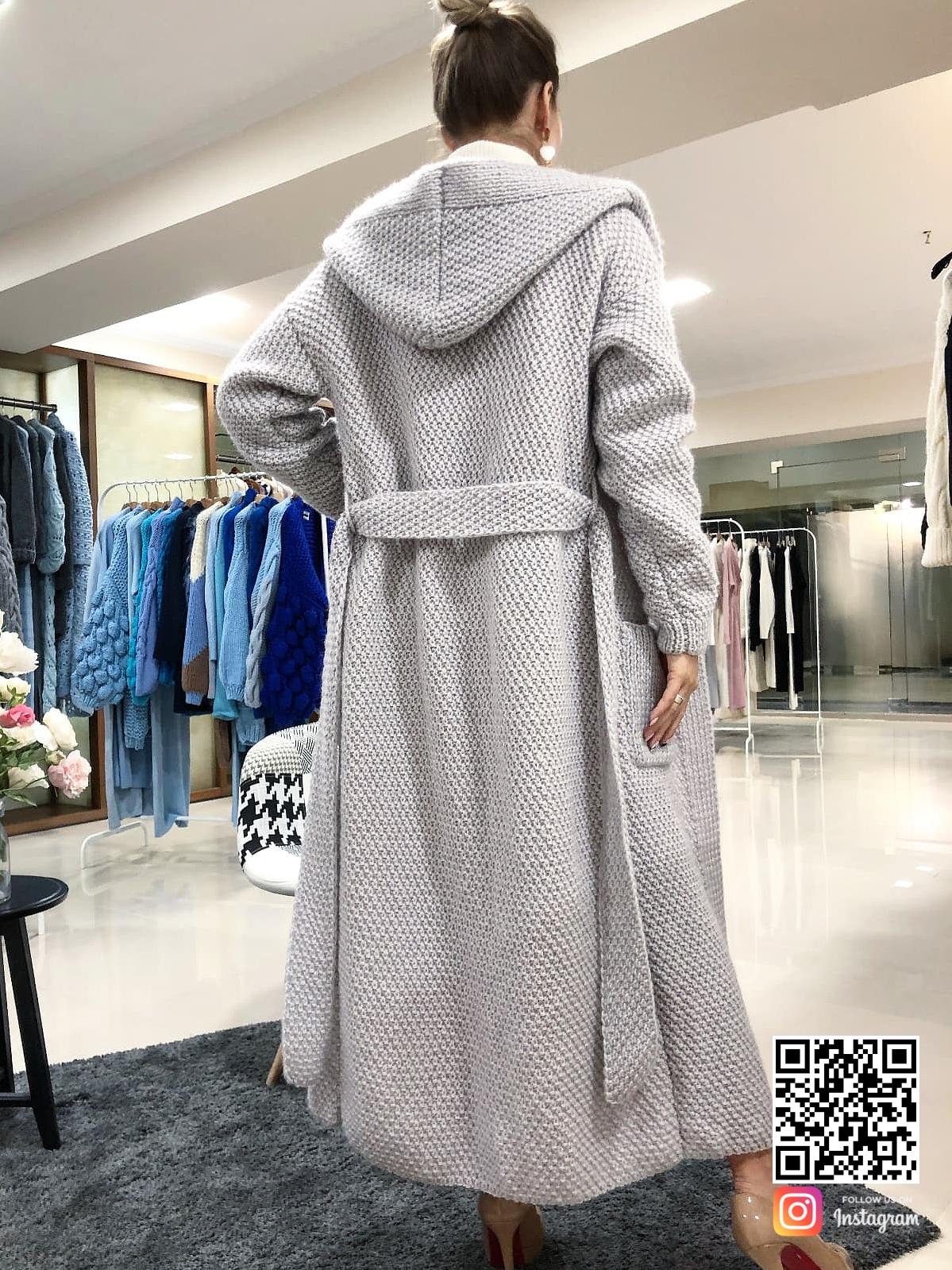 На фотографии женский кардиган с капюшоном от Shapar, бренда вязаной одежды ручной работы в интернет-магазине связанных спицами вещей.
