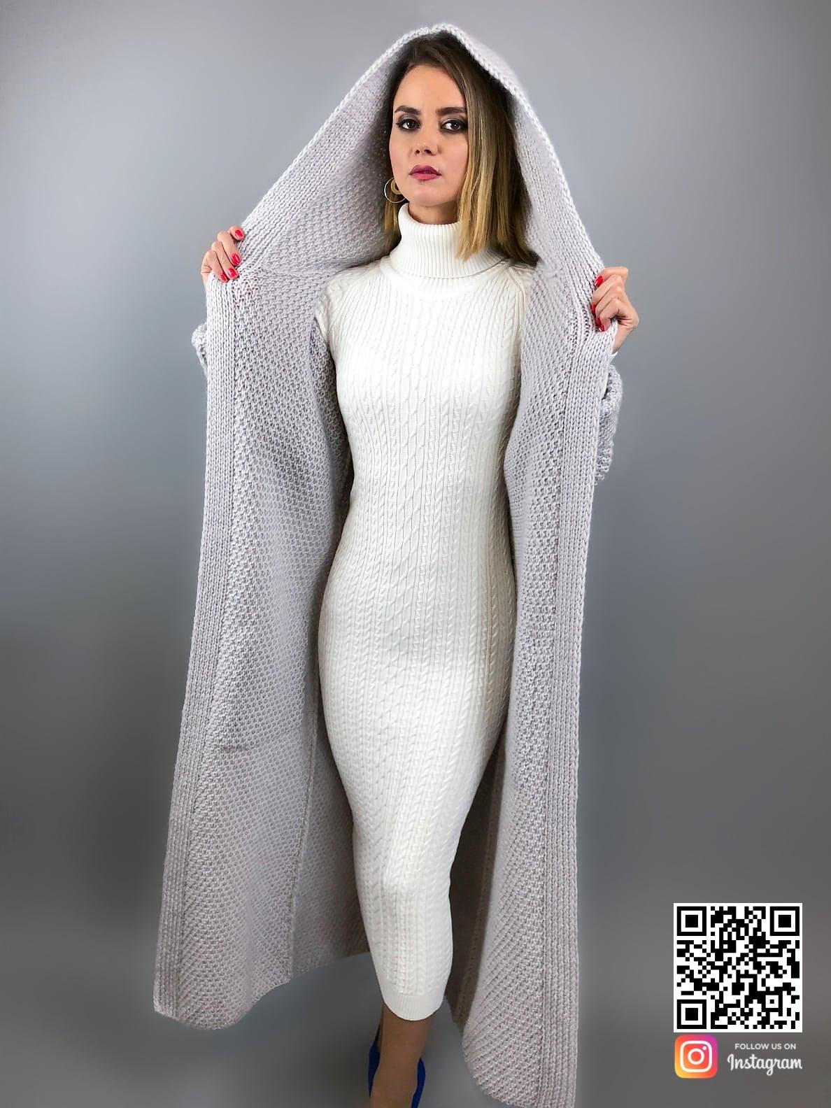 На пятой фотографии длинный кардиган с капюшоном и поясом от Shapar, бренда вязаной одежды ручной работы в интернет-магазине связанных спицами вещей.