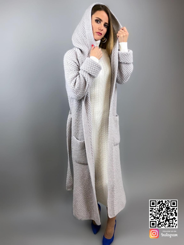 На второй фотографии женский кардиган с капюшоном светло-серого цвета от Shapar, бренда вязаной одежды ручной работы в интернет-магазине связанных спицами вещей.