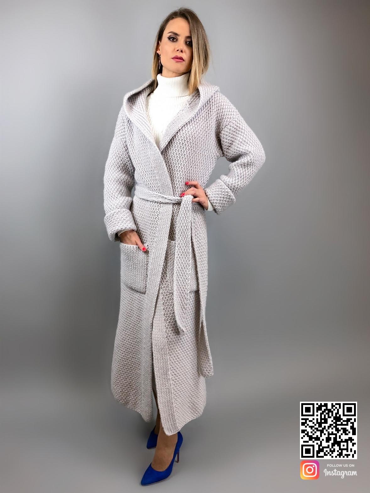 На третьей фотографии женский кардиган с капюшоном и карманами от Shapar, бренда вязаной одежды ручной работы в интернет-магазине связанных вещей.