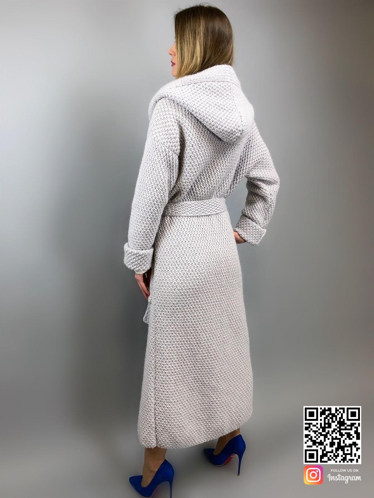 На четвертой фотографии кардиган соты с капюшоном со спины для девушек и женщин от Shapar, бренда вязаной одежды ручной работы в интернет-магазине связанных спицами вещей.