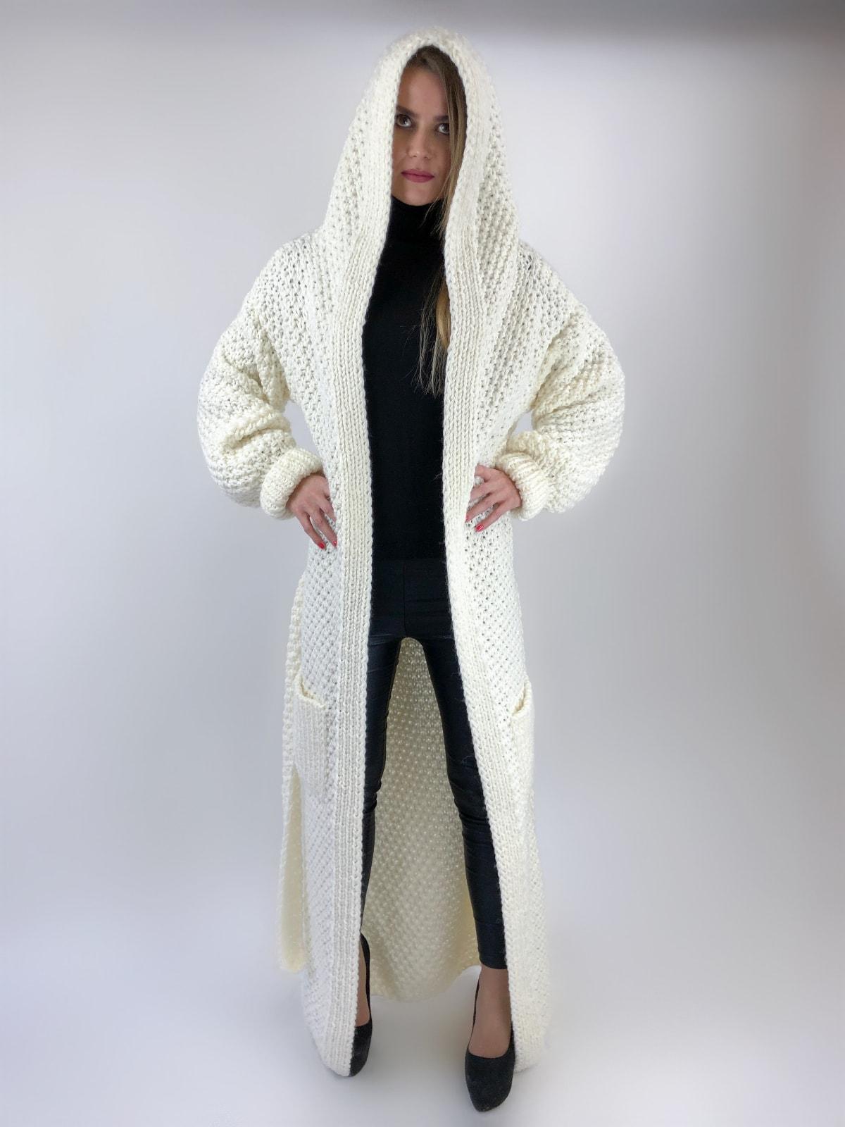 На четвертой фотографии кардиган с капюшоном и карманами женский от Shapar, бренда вязаной одежды ручной работы в интернет-магазине связанных спицами вещей.