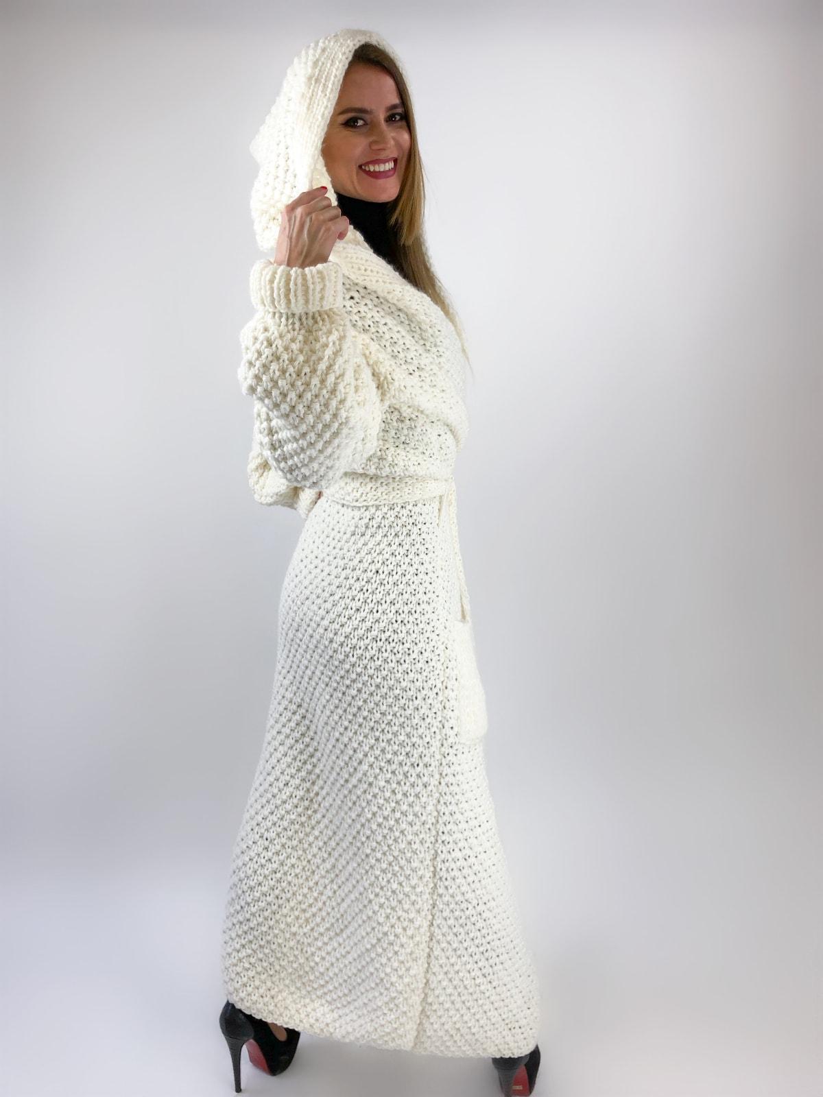 На второй фотографии кардиган с капюшоном женский со спины от Shapar, бренда вязаной одежды ручной работы в интернет-магазине связанных спицами вещей.
