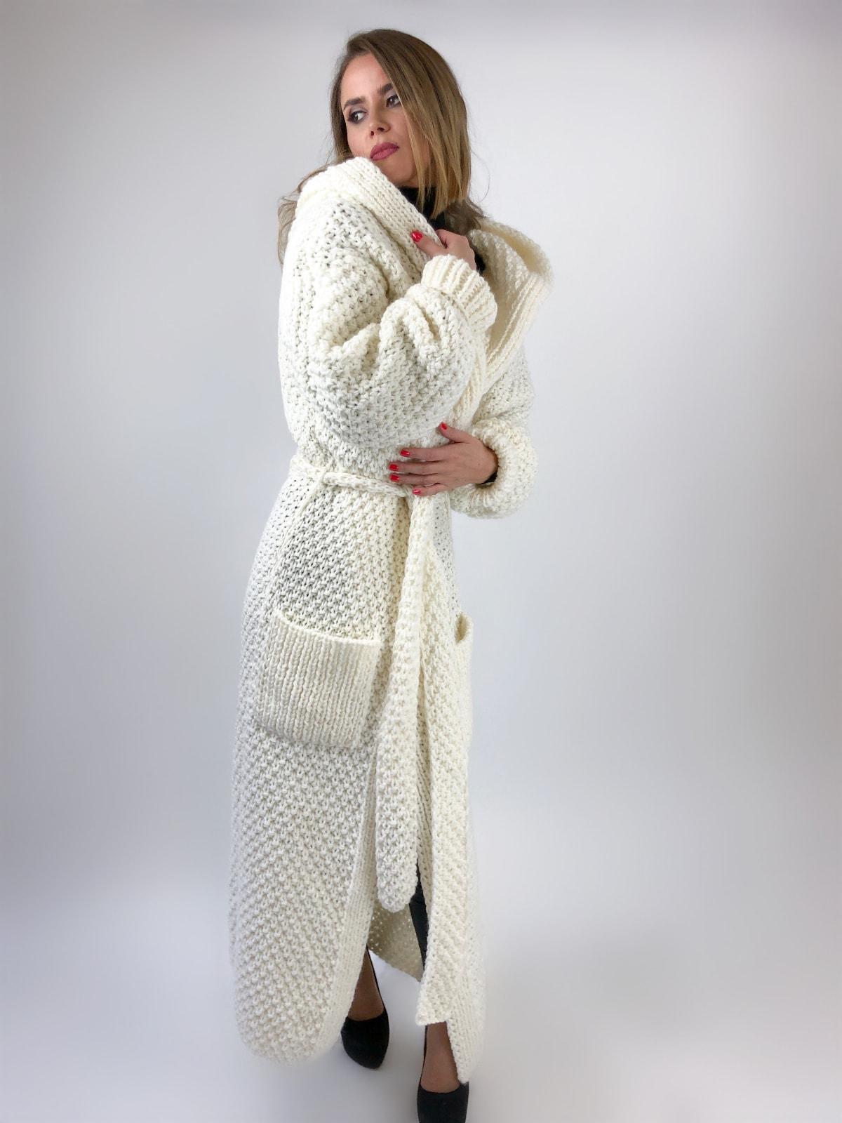 На пятой фотографии длинный кардиган соты с капюшоном для девушек и женщин от Shapar, бренда вязаной одежды ручной работы в интернет-магазине связанных спицами вещей.
