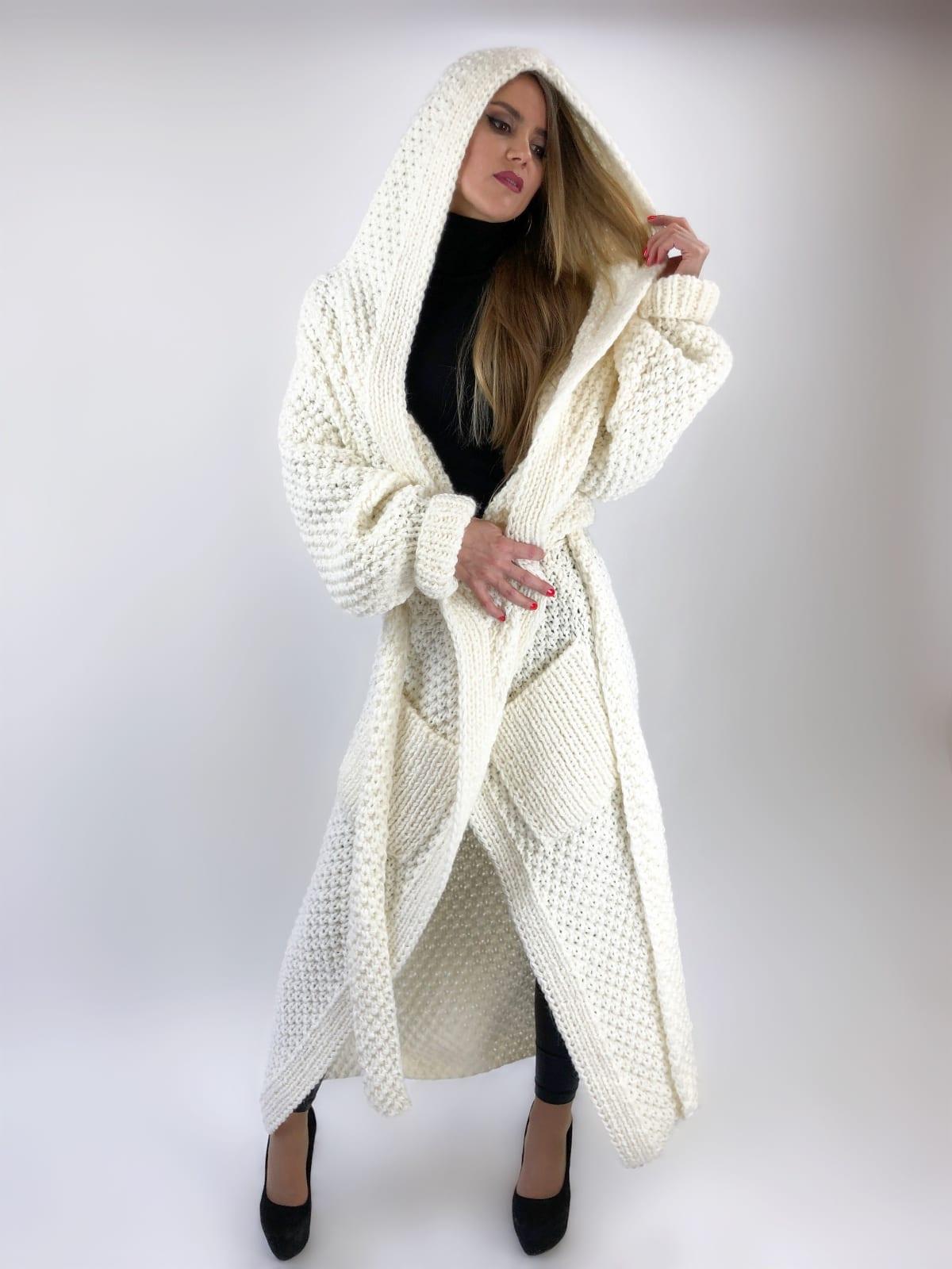 На фотографии кардиган с капюшоном женский от Shapar, бренда вязаной одежды ручной работы в интернет-магазине связанных спицами вещей.