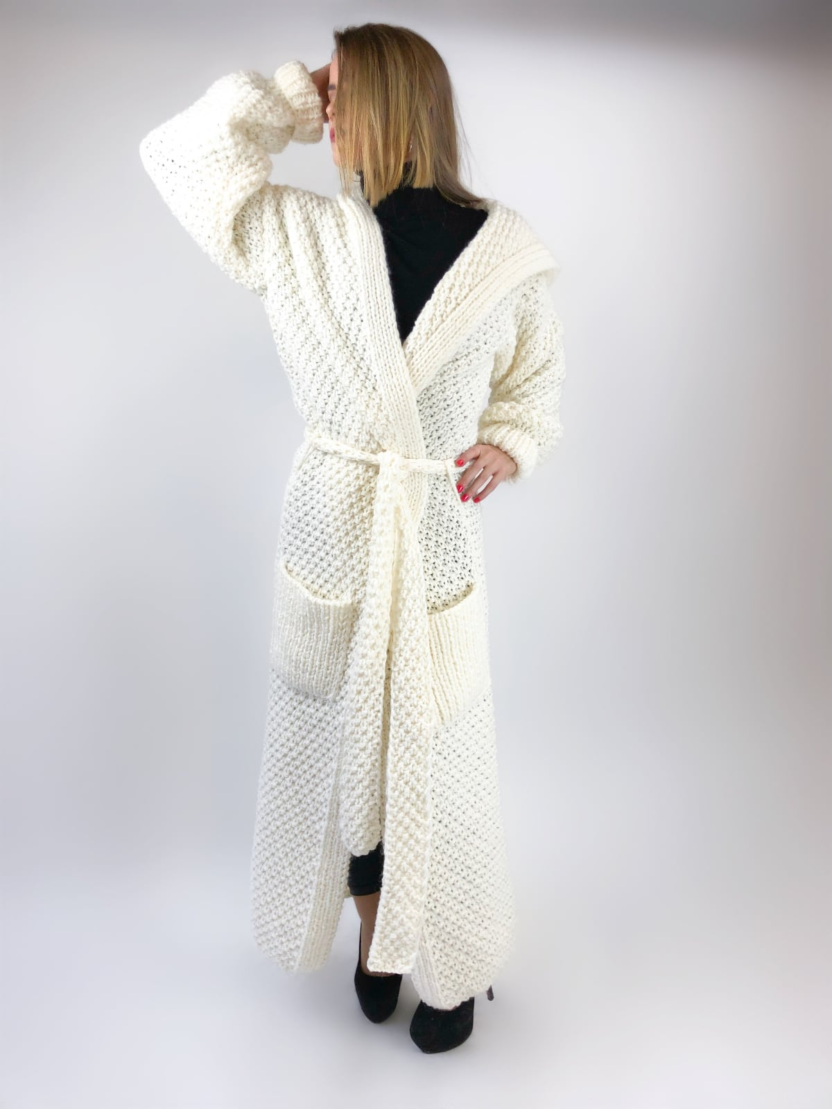 На третьей фотографии кардиган с капюшоном женский молочного цвета от Shapar, бренда вязаной одежды ручной работы в интернет-магазине связанных спицами вещей.