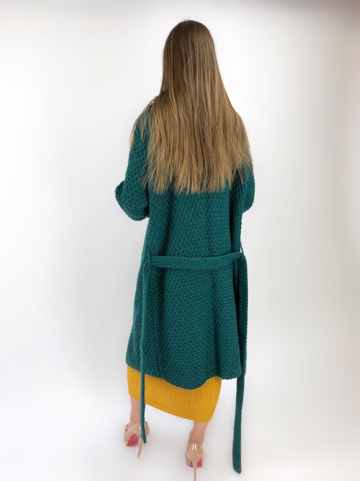 На третьей фотографии женский кардиган зеленого цвета со спины от Shapar, бренда вязаной одежды ручной работы в интернет-магазине связанных спицами вещей.