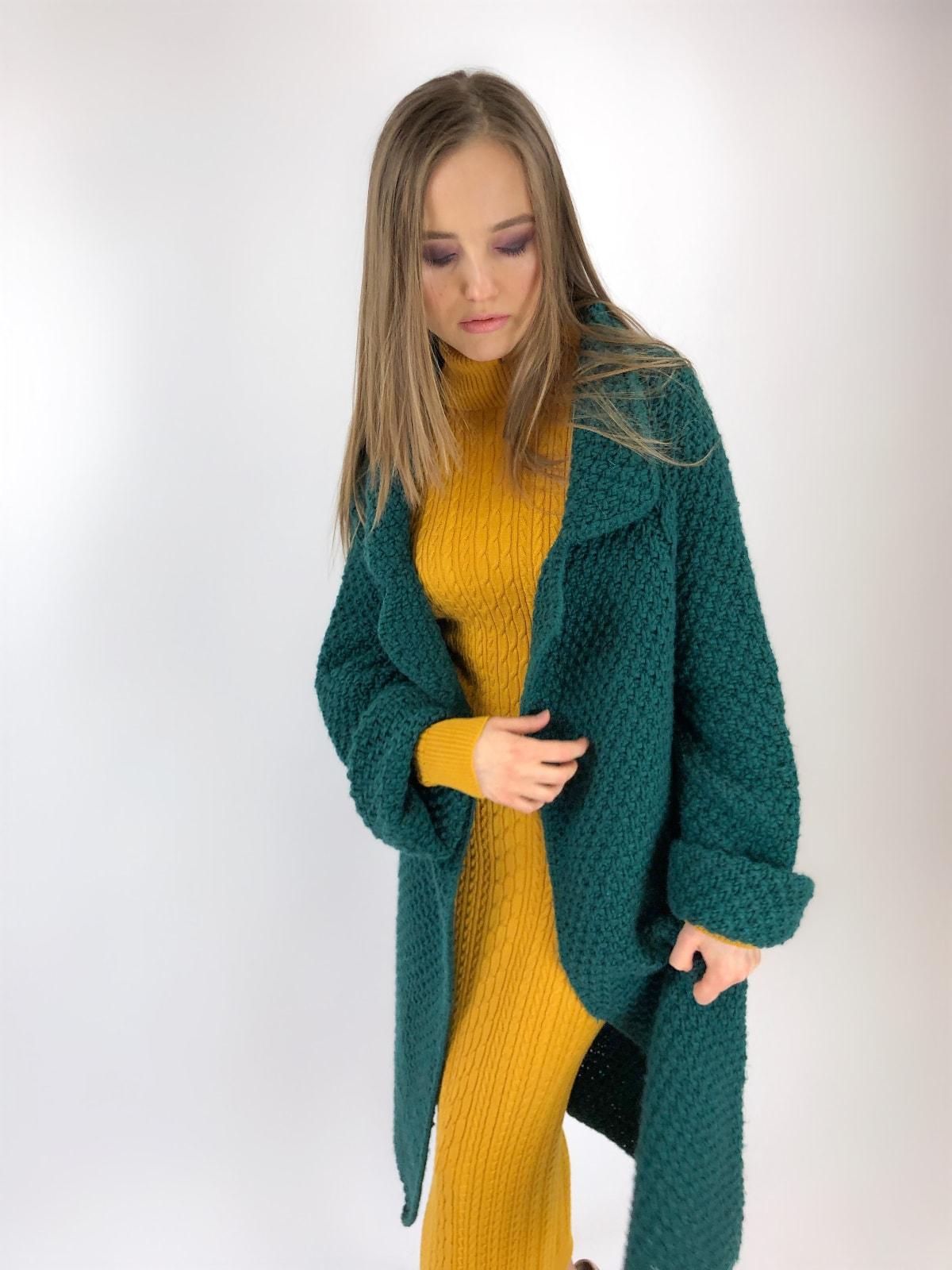 На четвертой фотографии женский кардиган соты зеленого цвета от Shapar, бренда вязаной одежды ручной работы в интернет-магазине связанных спицами вещей.