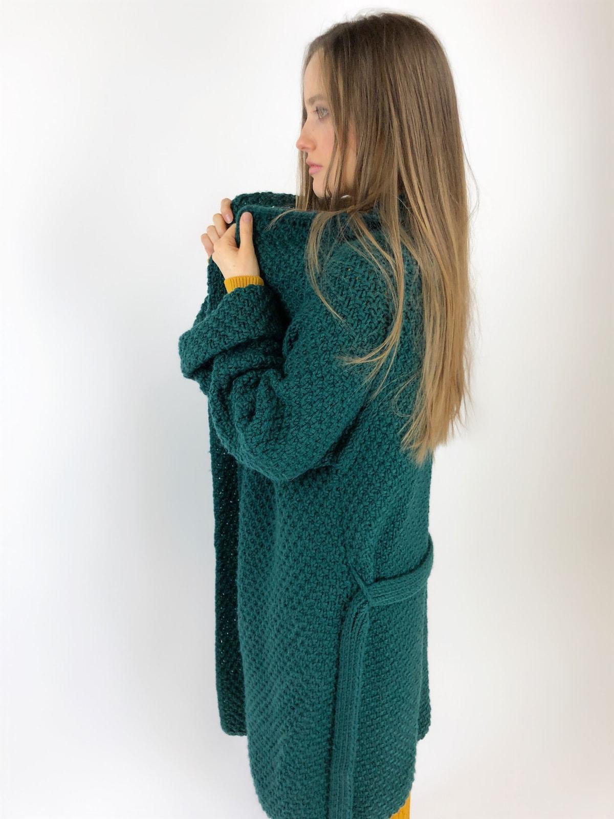 На пятой фотографии модный кардиган зеленого цвета для девушек и женщин от Shapar, бренда вязаной одежды ручной работы в интернет-магазине связанных спицами вещей.