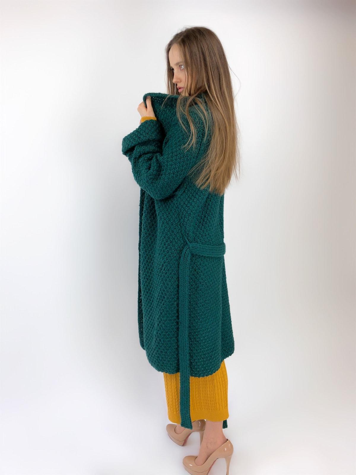 На второй фотографии женский кардиган зеленого цвета с поясом от Shapar, бренда вязаной одежды ручной работы в интернет-магазине связанных спицами вещей.