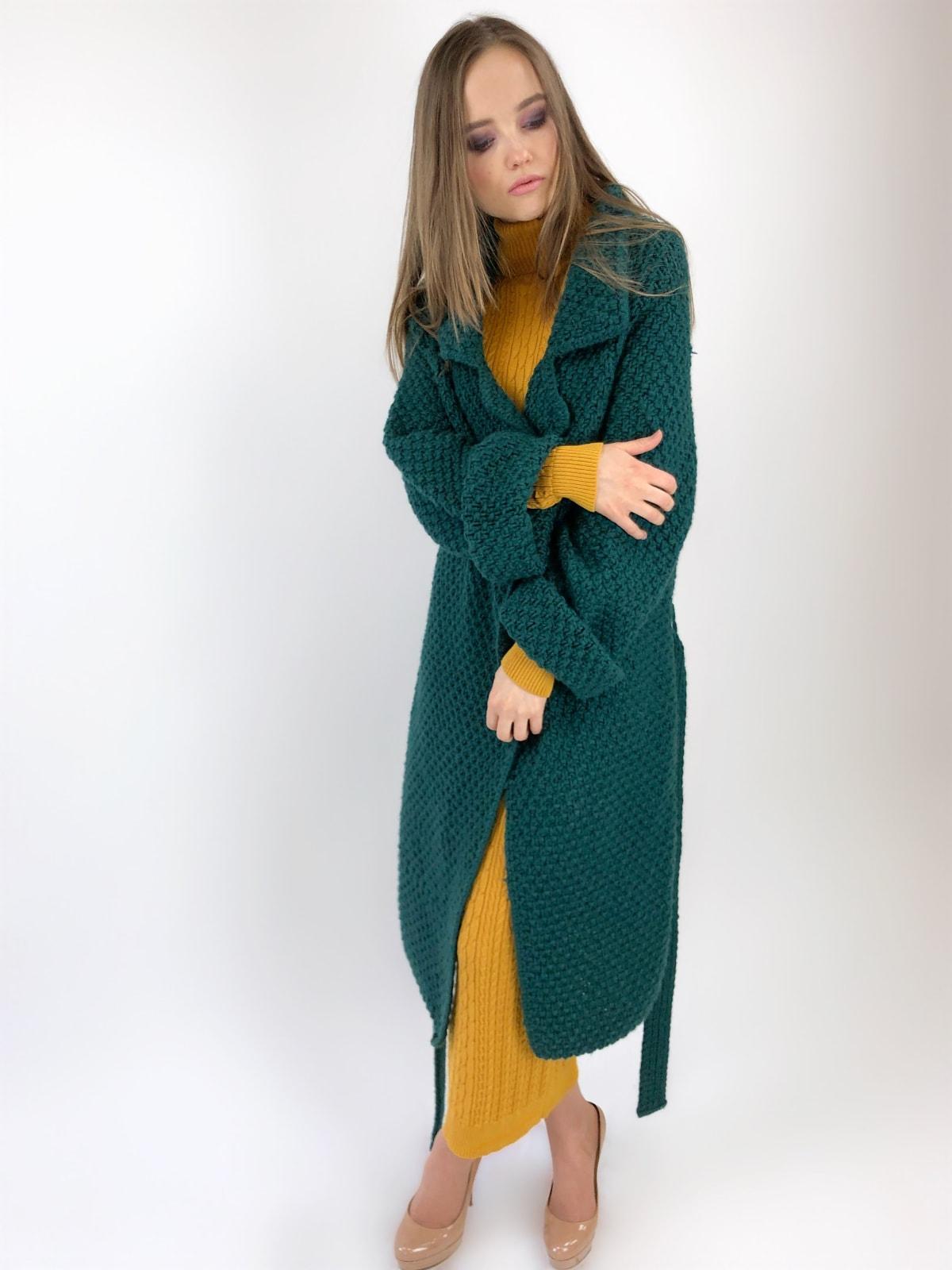 На фотографии женский кардиган зеленого цвета от Shapar, бренда вязаной одежды ручной работы в интернет-магазине связанных спицами вещей.