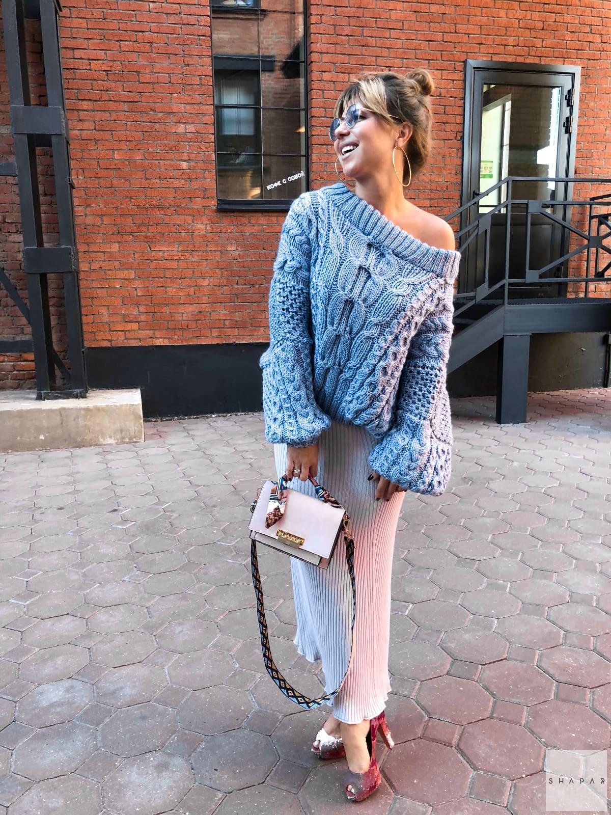 На фотографии женский красивый вязаный свитер небесно-голубого цвета от Shapar, бренда одежды ручной работы в интернет-магазине связанных спицами вещей.