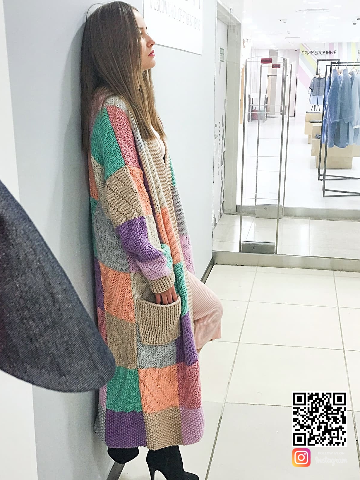 На шестой фотографии модный женский кардиган с карманами от Shapar, бренда вязаной одежды ручной работы в интернет-магазине связанных спицами вещей.