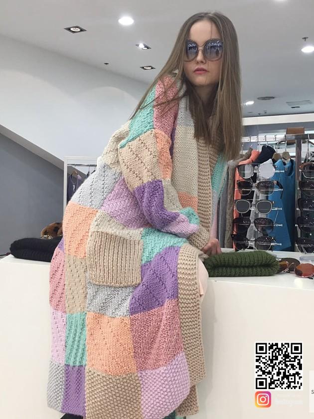 На фотографии модный женский кардиган от Shapar, бренда вязаной одежды ручной работы в интернет-магазине связанных спицами вещей.