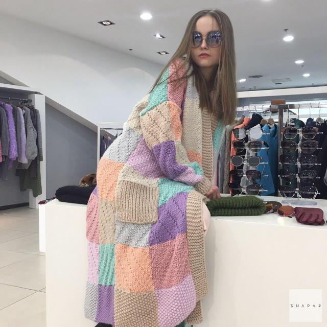 На фотографии модный кардиган от Shapar, бренда вязаной одежды ручной работы в интернет-магазине связанных спицами вещей.