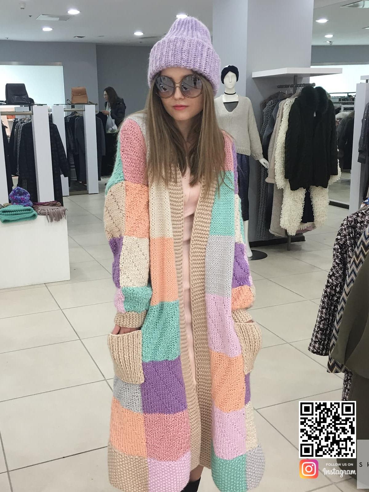 На второй фотографии длинный модный женский кардиган из цветных квадратов от Shapar, бренда вязаной одежды ручной работы в интернет-магазине связанных спицами вещей.