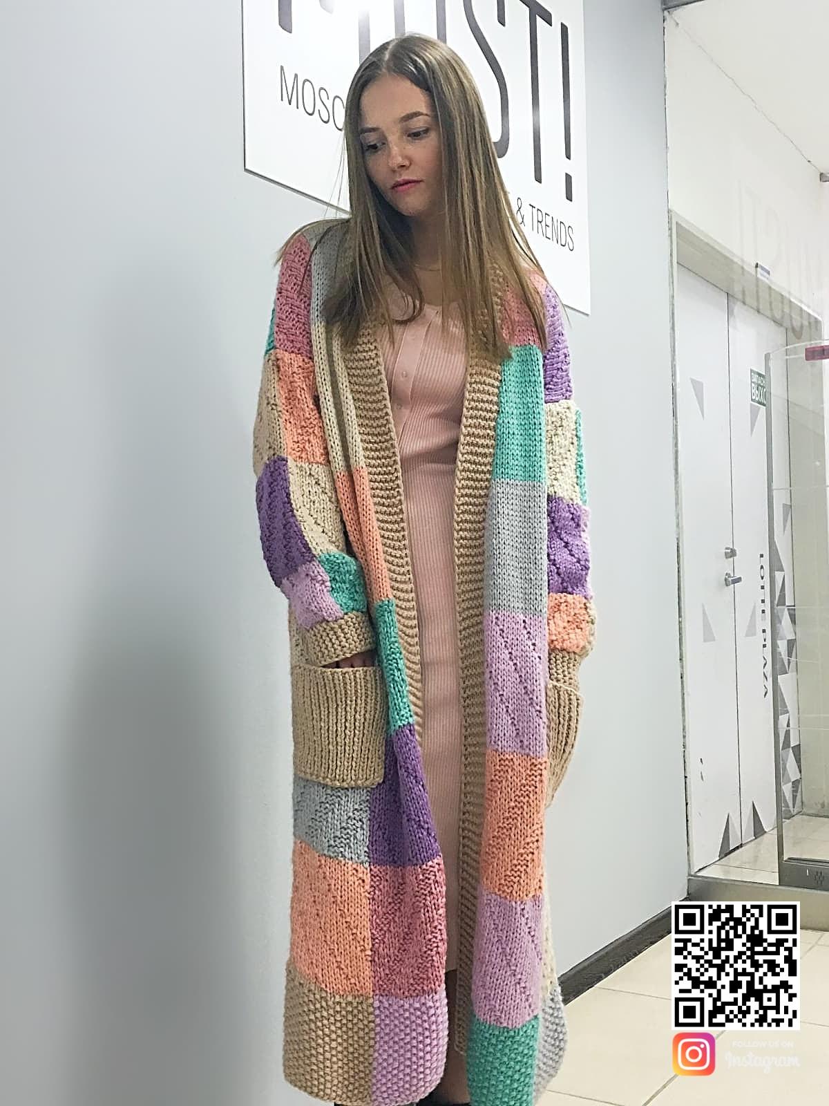 На четвертой фотографии модный кардиган для девушек и женщин от Shapar, бренда вязаной одежды ручной работы в интернет-магазине связанных спицами вещей.