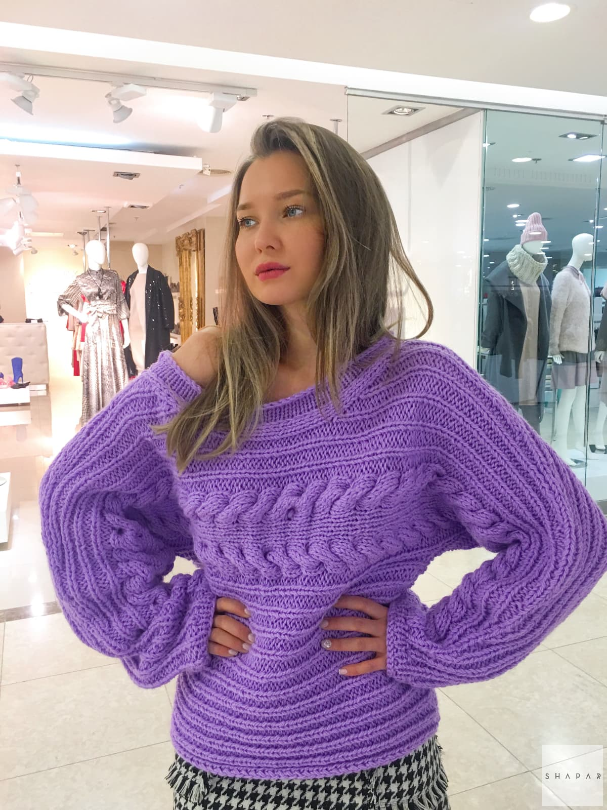 На фотографии женский сиреневый свитер от Shapar, бренда вязаной одежды ручной работы в интернет-магазине связанных спицами вещей.