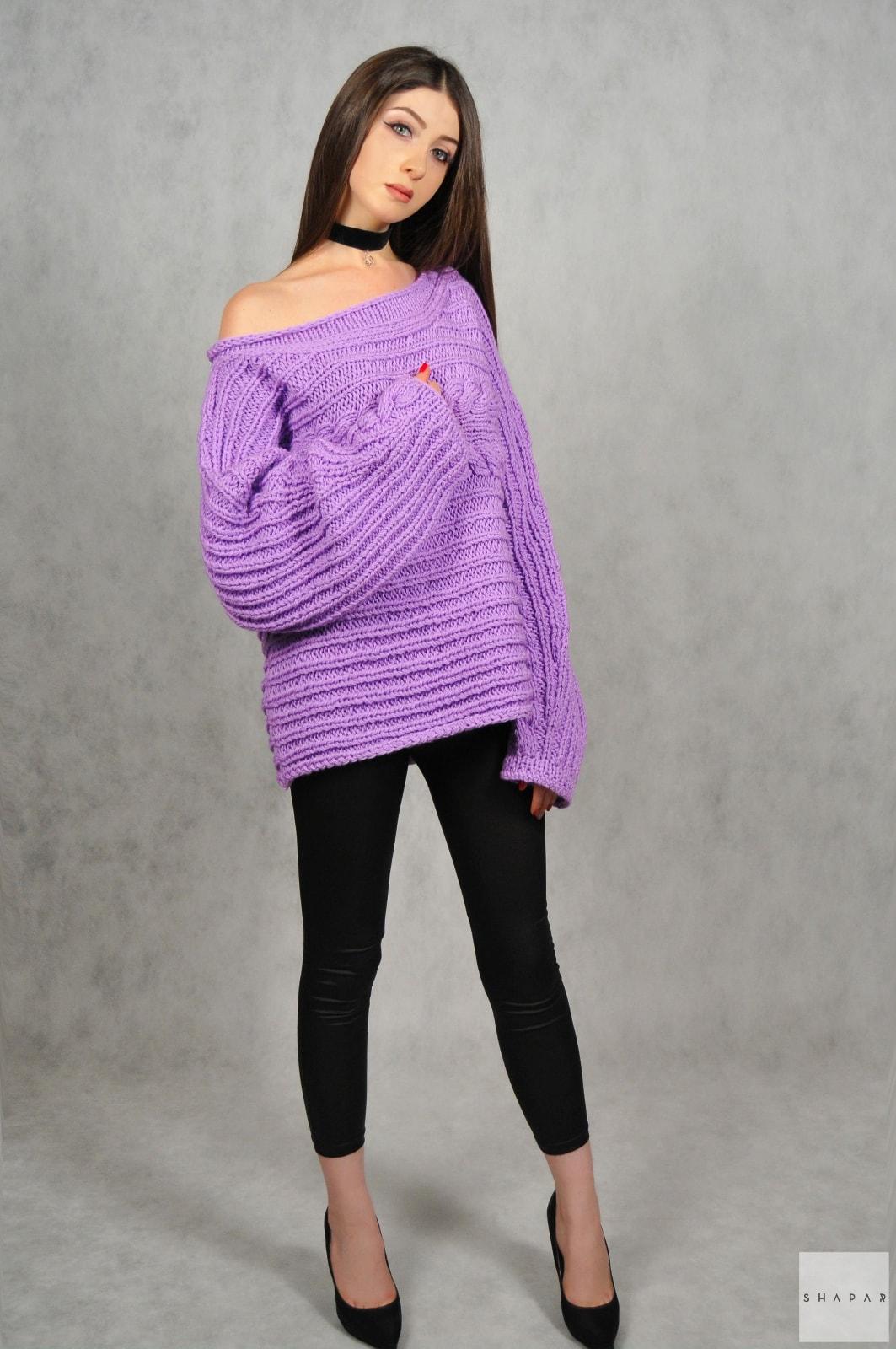 На четвертой фотографии женский сиреневый свитер на одно плечо от Shapar, бренда вязаной одежды ручной работы в интернет-магазине связанных спицами вещей.