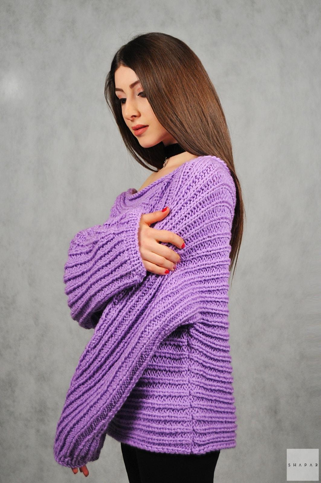 На пятой фотографии женский сиреневый свитер оверсайз от Shapar, бренда вязаной одежды ручной работы в интернет-магазине связанных спицами вещей.