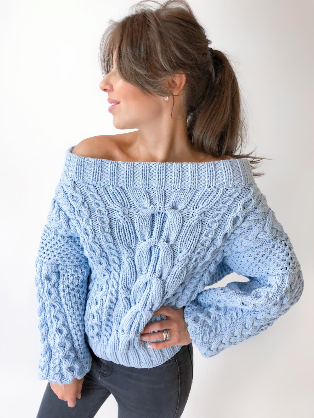 На пятой фотографии модный летний свитер из хлопка от Shapar, бренда вязаной одежды ручной работы в интернет-магазине связанных спицами вещей.