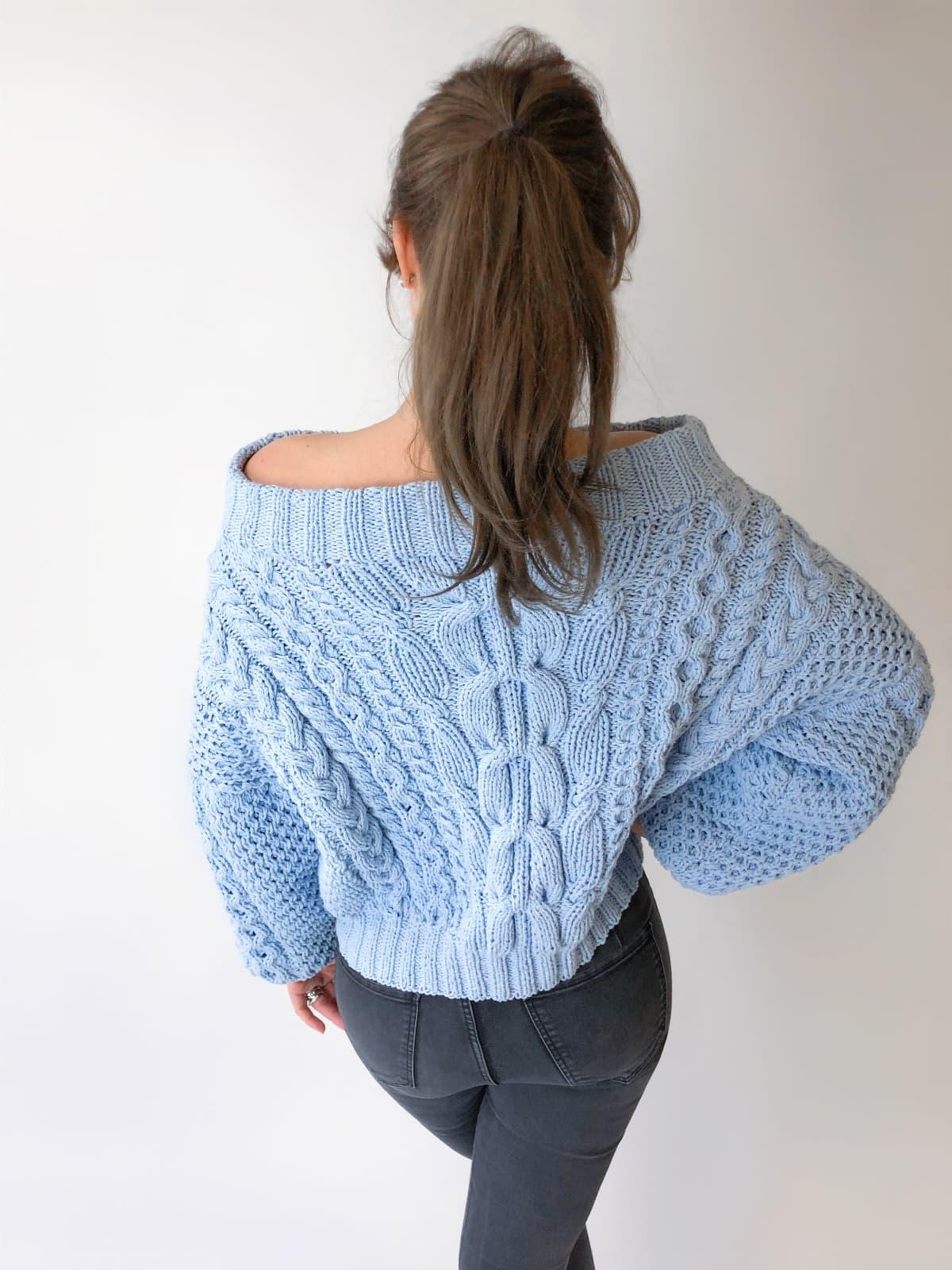 На третьей фотографии женский свитер из хлопка со спины от Shapar, бренда вязаной одежды ручной работы в интернет-магазине связанных спицами вещей.