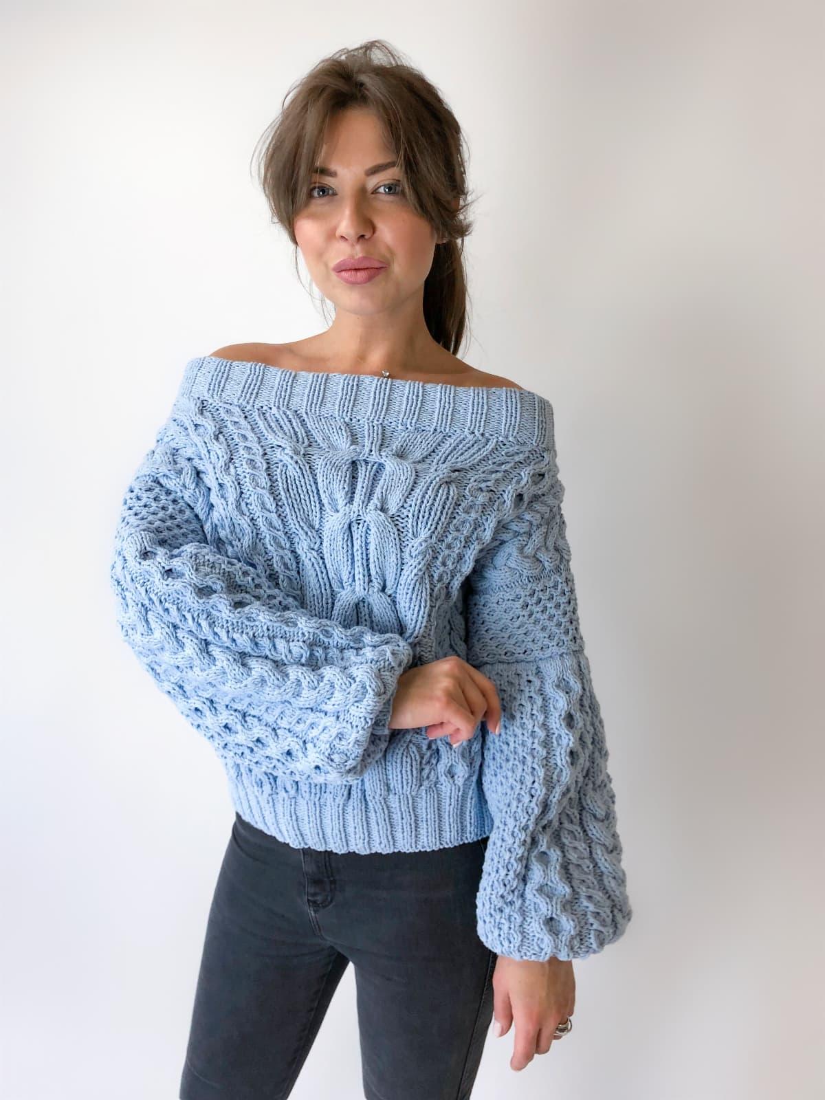 На четвертой фотографии голубой свитер из хлопка для девушек и женщин от Shapar, бренда вязаной одежды ручной работы в интернет-магазине связанных спицами вещей.