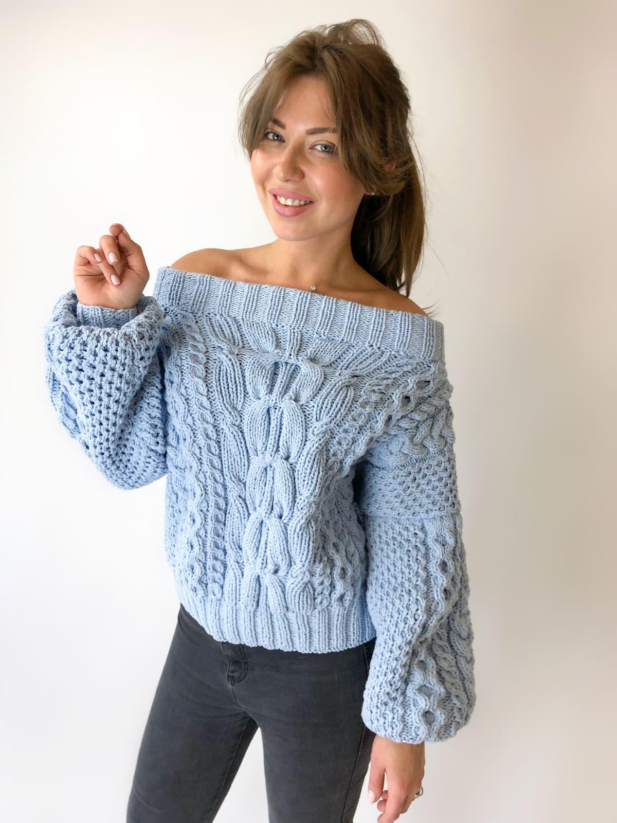 На фотографии женский свитер из хлопка от Shapar, бренда вязаной одежды ручной работы в интернет-магазине связанных спицами вещей.