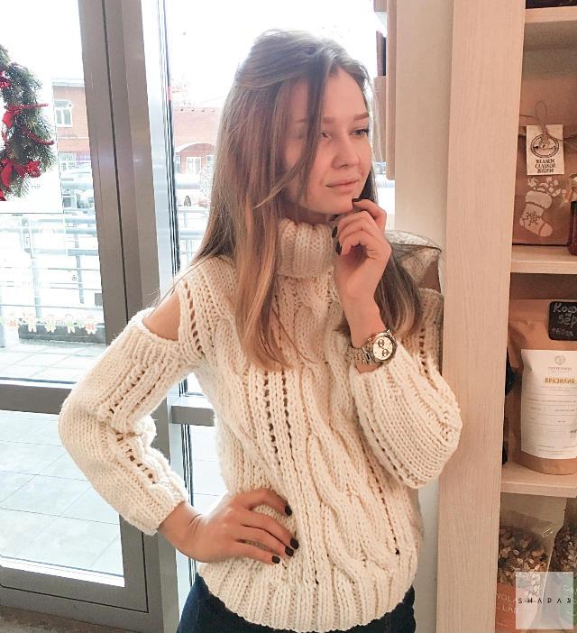 На фотографии женский свитер с вырезами на плечах от Shapar, бренда вязаной одежды ручной работы в интернет-магазине связанных спицами вещей.