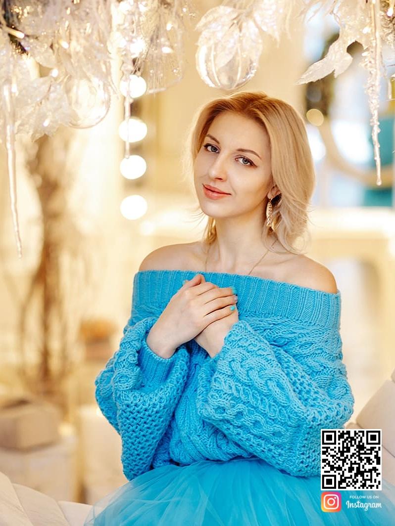 На пятой фотографии женский свободный свитер с открытыми плечами от Shapar, бренда вязаной одежды ручной работы в интернет-магазине связанных спицами вещей.