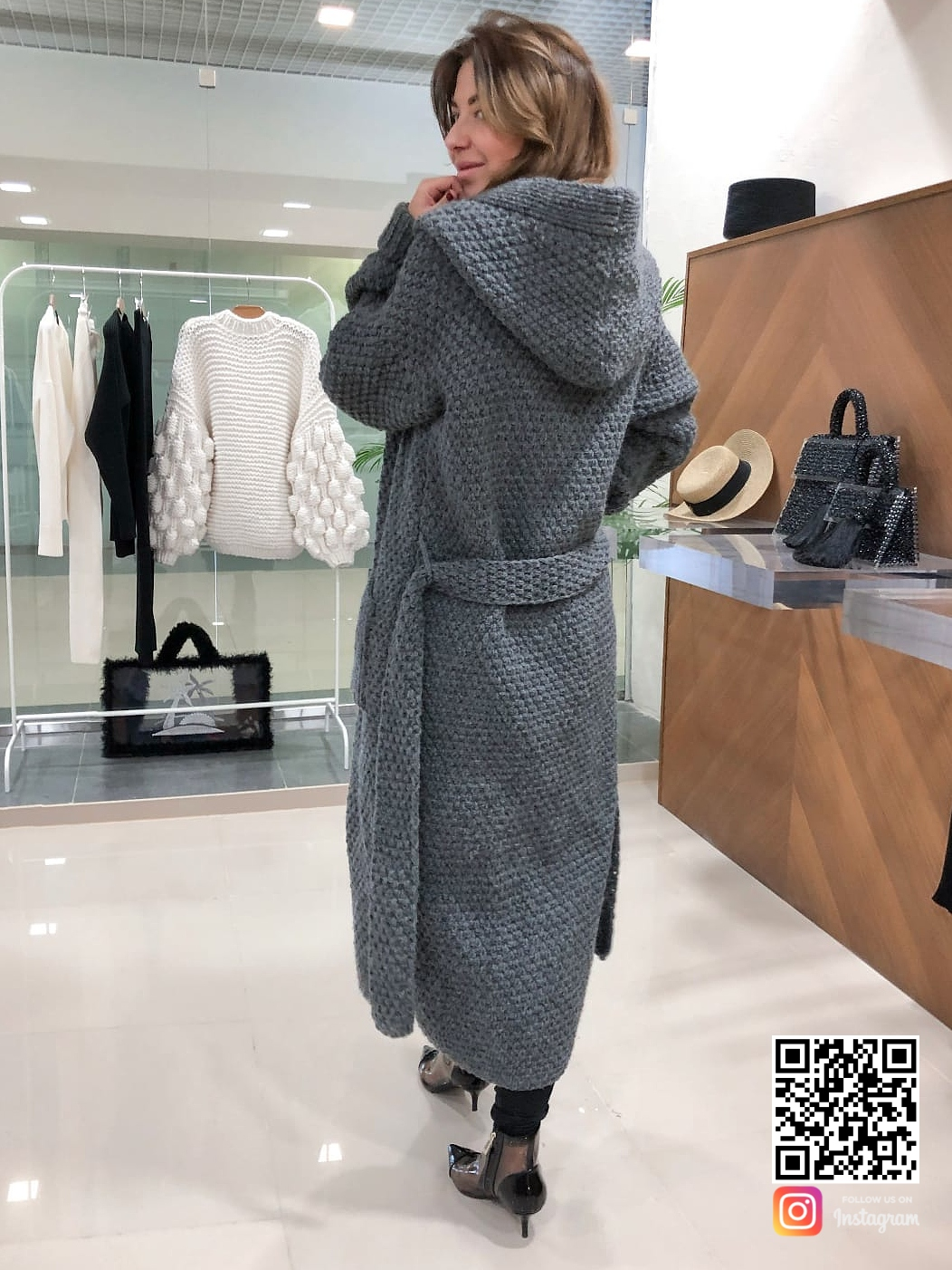 На второй фотографии женский вязаный кардиган с капюшоном со спины от Shapar, бренда одежды ручной работы в интернет-магазине связанных спицами вещей.
