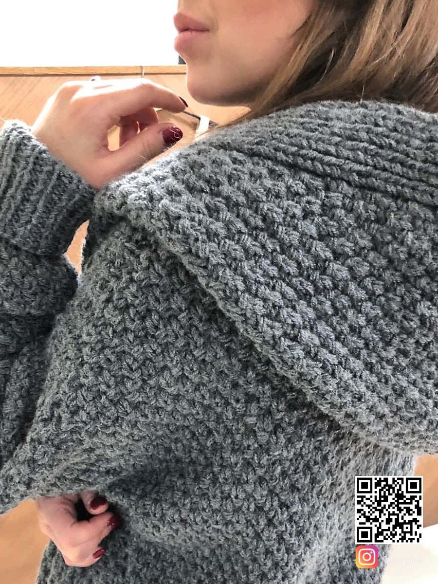 На третьей фотографии женский вязаный кардиган с капюшоном крупным планом от Shapar, бренда одежды ручной работы в интернет-магазине связанных спицами вещей.