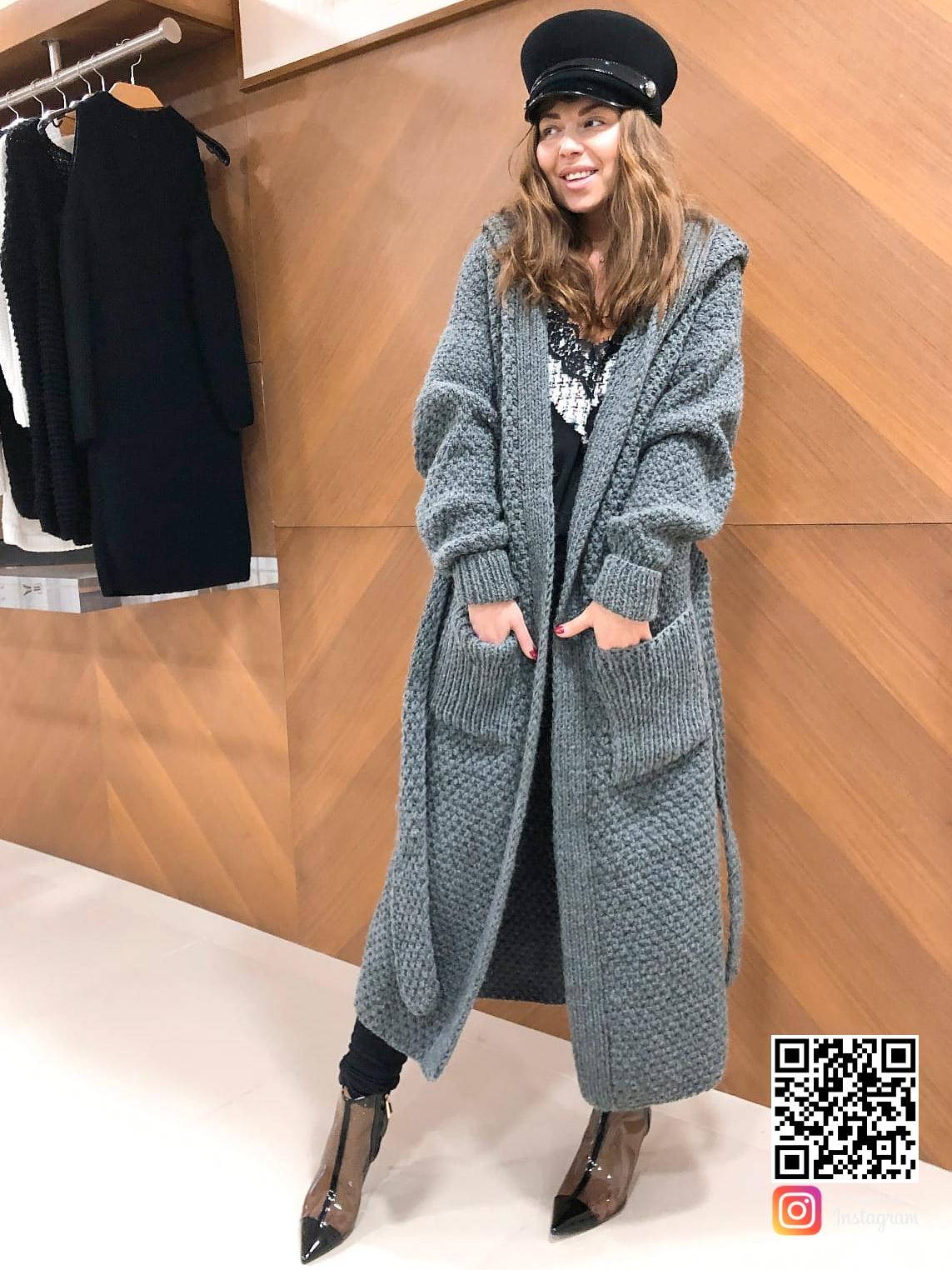 На фотографии женский вязаный кардиган с капюшоном от Shapar, бренда одежды ручной работы в интернет-магазине связанных спицами вещей.