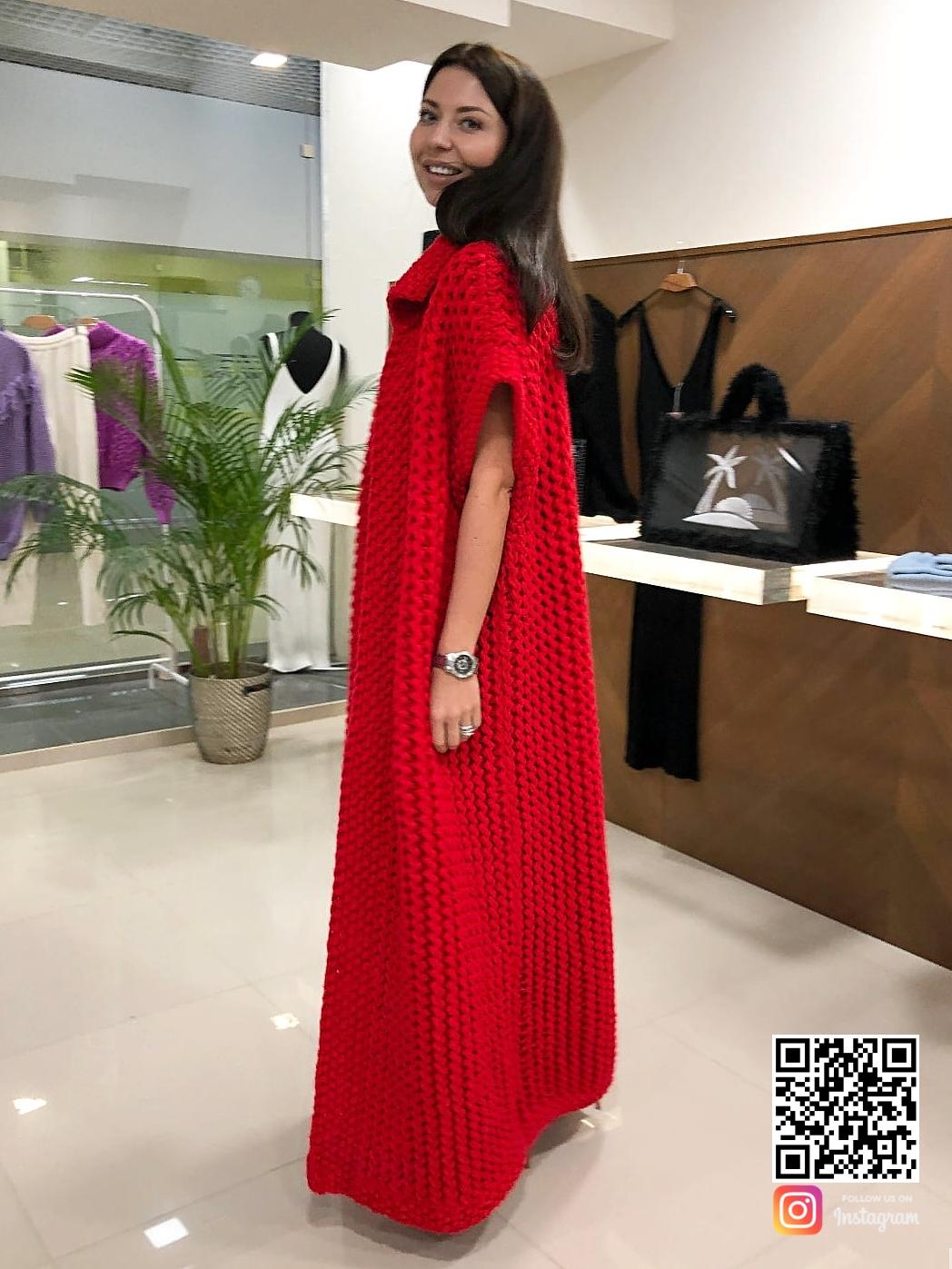 На пятой фотографии демисезонный красный жилет женский от Shapar, бренда вязаной одежды ручной работы в интернет-магазине связанных спицами вещей.