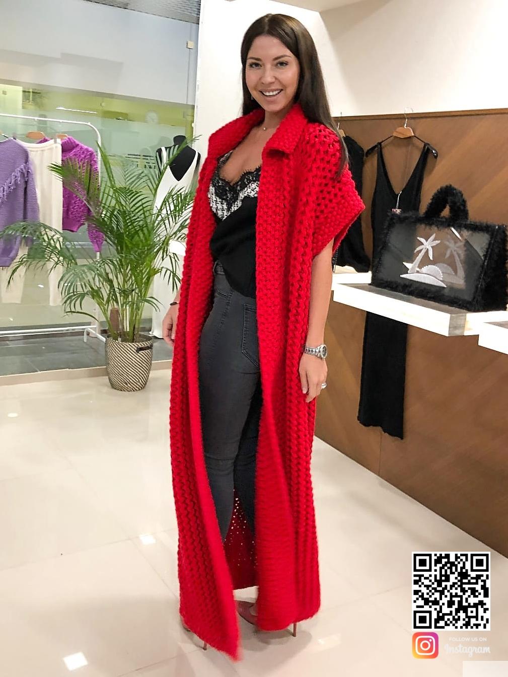 На третьей фотографии длинный красный жилет женский от Shapar, бренда вязаной одежды ручной работы в интернет-магазине связанных спицами вещей.