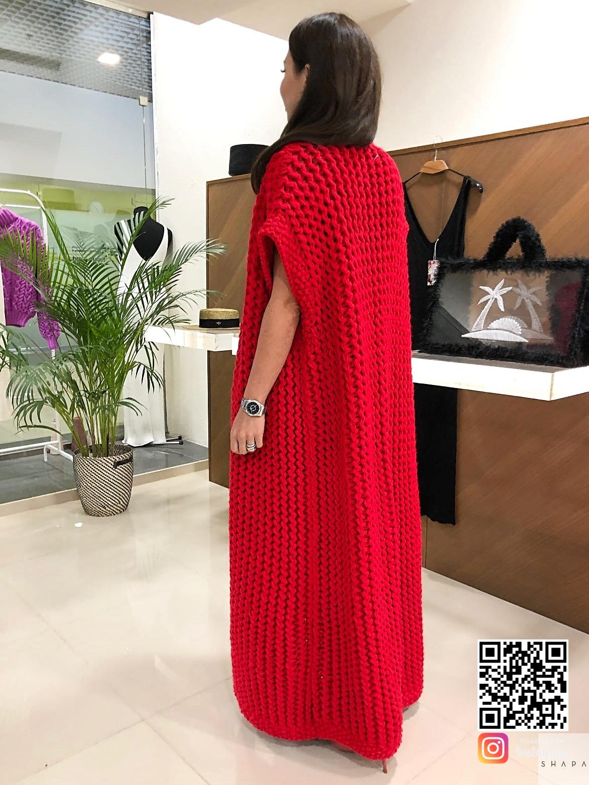 На шестой фотографии модный вязаный жилет красного цвета от Shapar, бренда одежды ручной работы в интернет-магазине связанных спицами вещей.