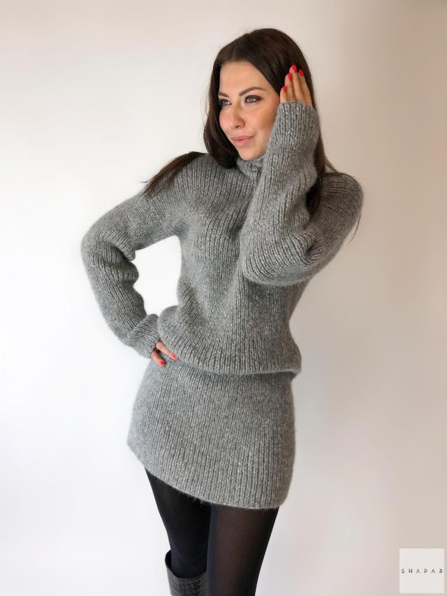 На фотографии женский длинный серый свитер от Shapar, бренда вязаной одежды ручной работы в интернет-магазине связанных спицами вещей.