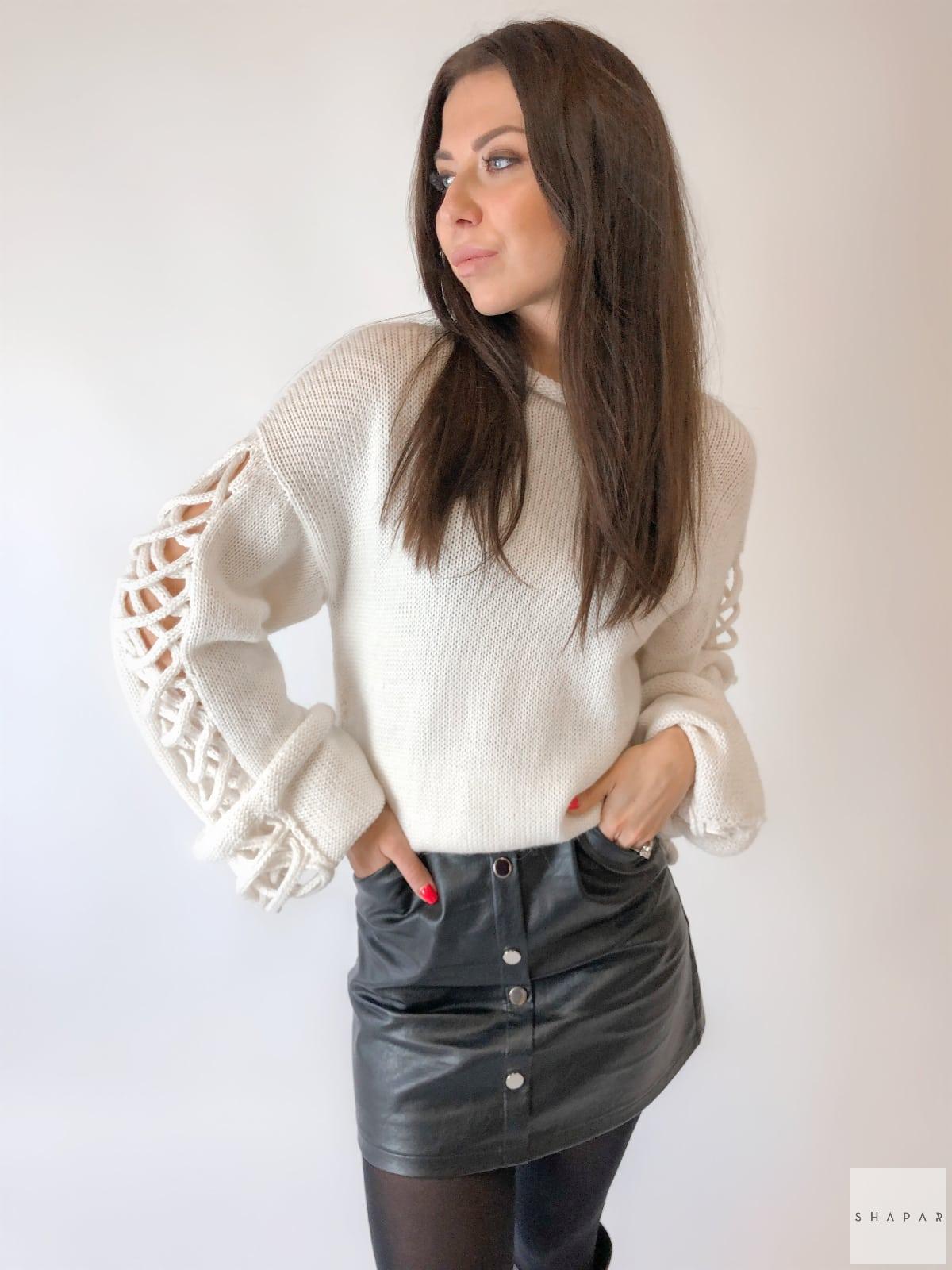 На фотографии красивый женский джемпер от Shapar, бренда вязаной одежды ручной работы в интернет-магазине связанных спицами вещей.