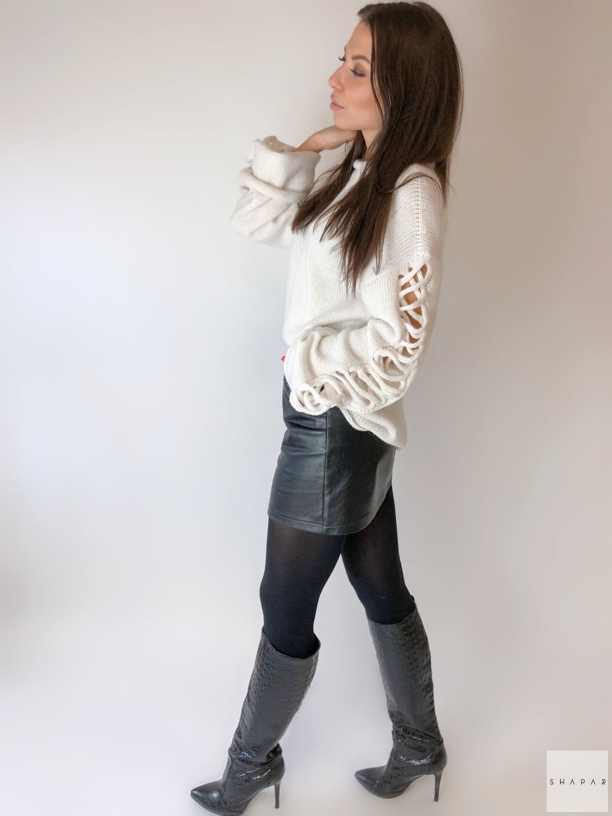 На четвертой фотографии красивый женский джемпер белого цвета от Shapar, бренда вязаной одежды ручной работы в интернет-магазине связанных спицами вещей.