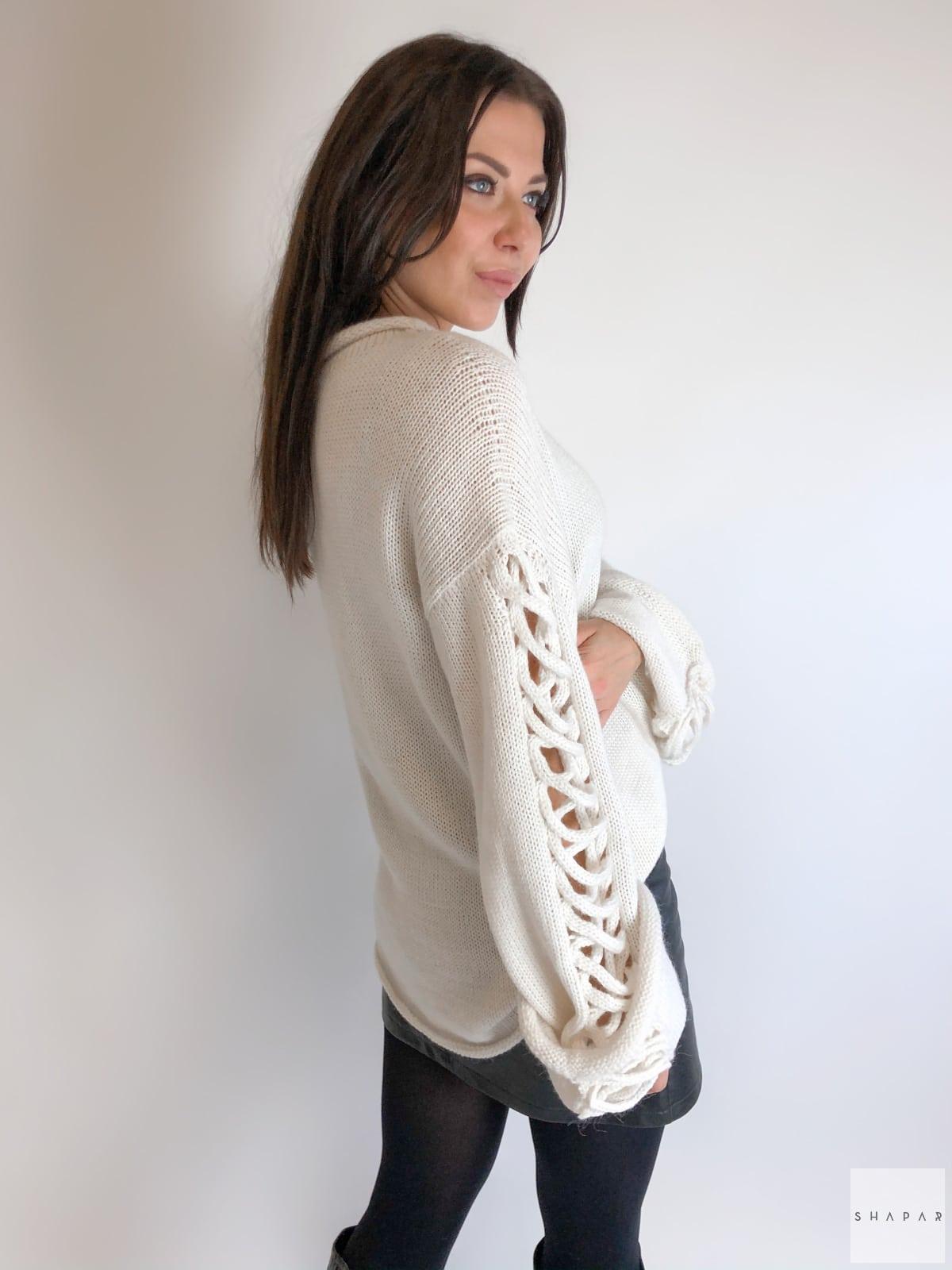 На второй фотографии красивый женский джемпер со спины от Shapar, бренда вязаной одежды ручной работы в интернет-магазине связанных спицами вещей.