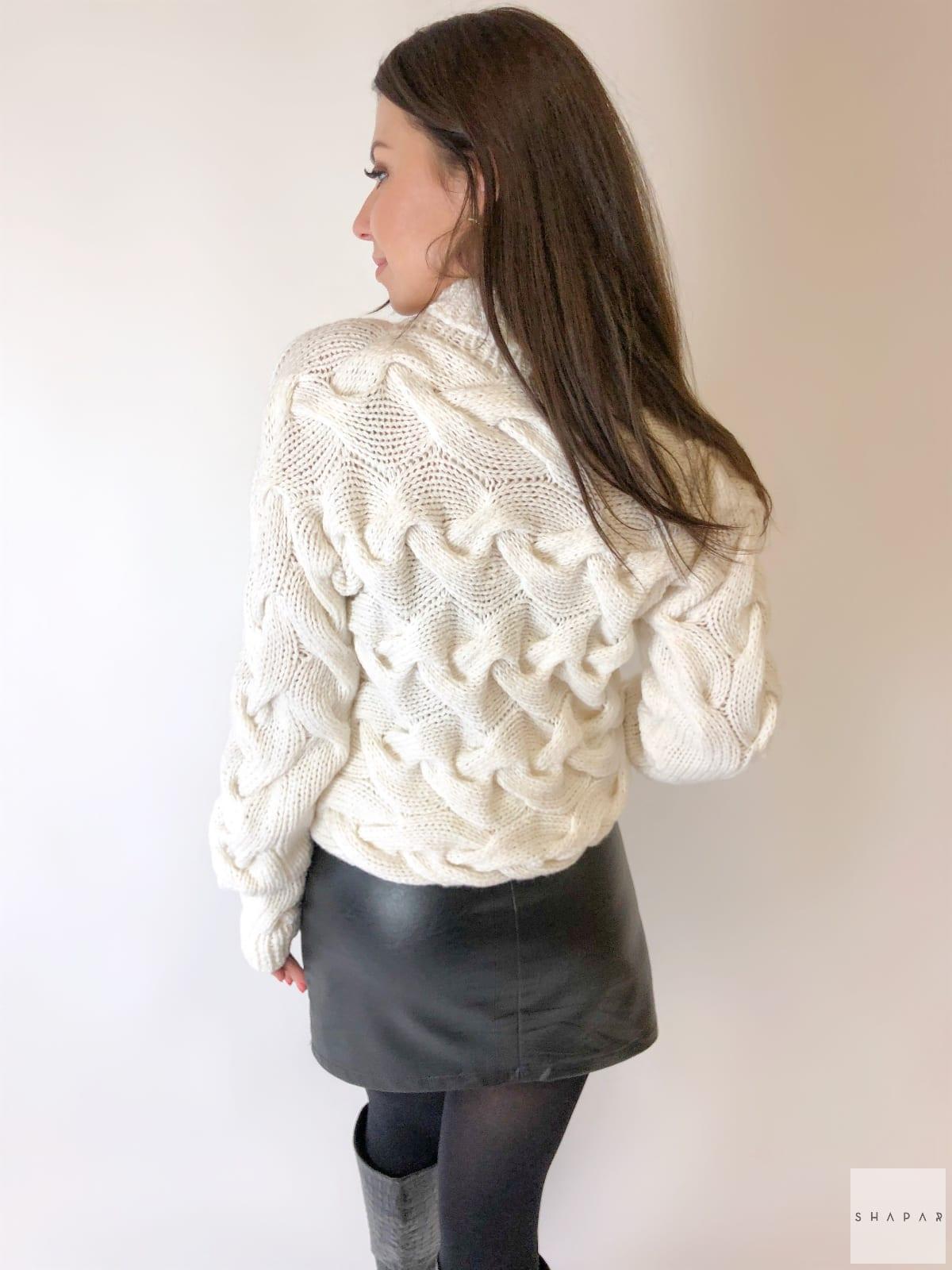 На второй фотографии красивый женский свитер со спины от Shapar, бренда вязаной одежды ручной работы в интернет-магазине связанных спицами вещей.