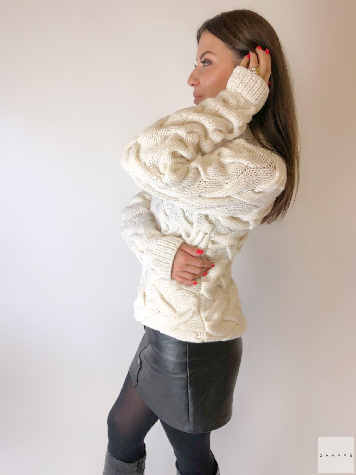 На третьей фотографии красивый женский свитер с косами на рукавах от Shapar, бренда вязаной одежды ручной работы в интернет-магазине связанных спицами вещей.