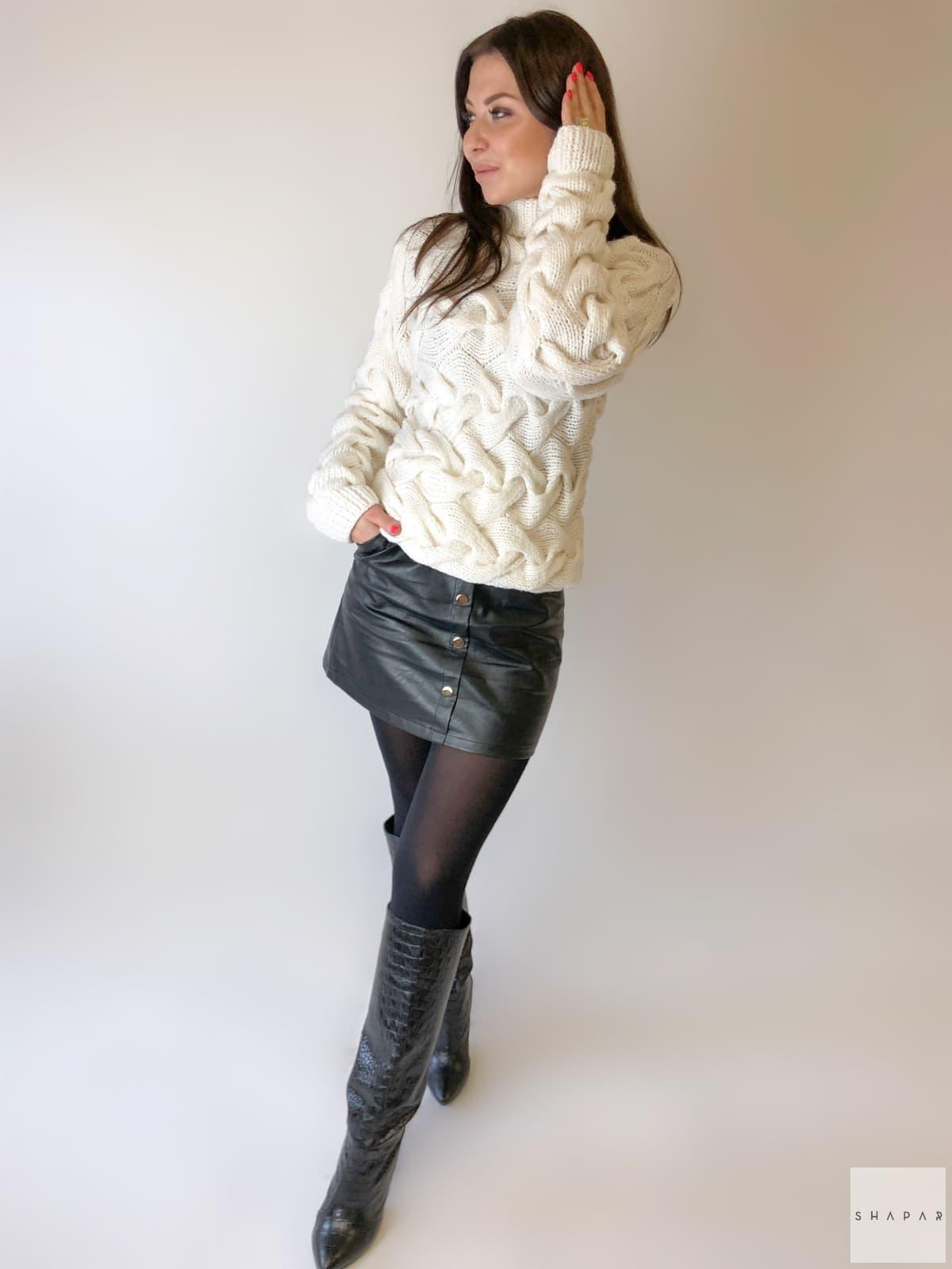На четвертой фотографии красивый женский свитер белого цвета от Shapar, бренда вязаной одежды ручной работы в интернет-магазине связанных спицами вещей.