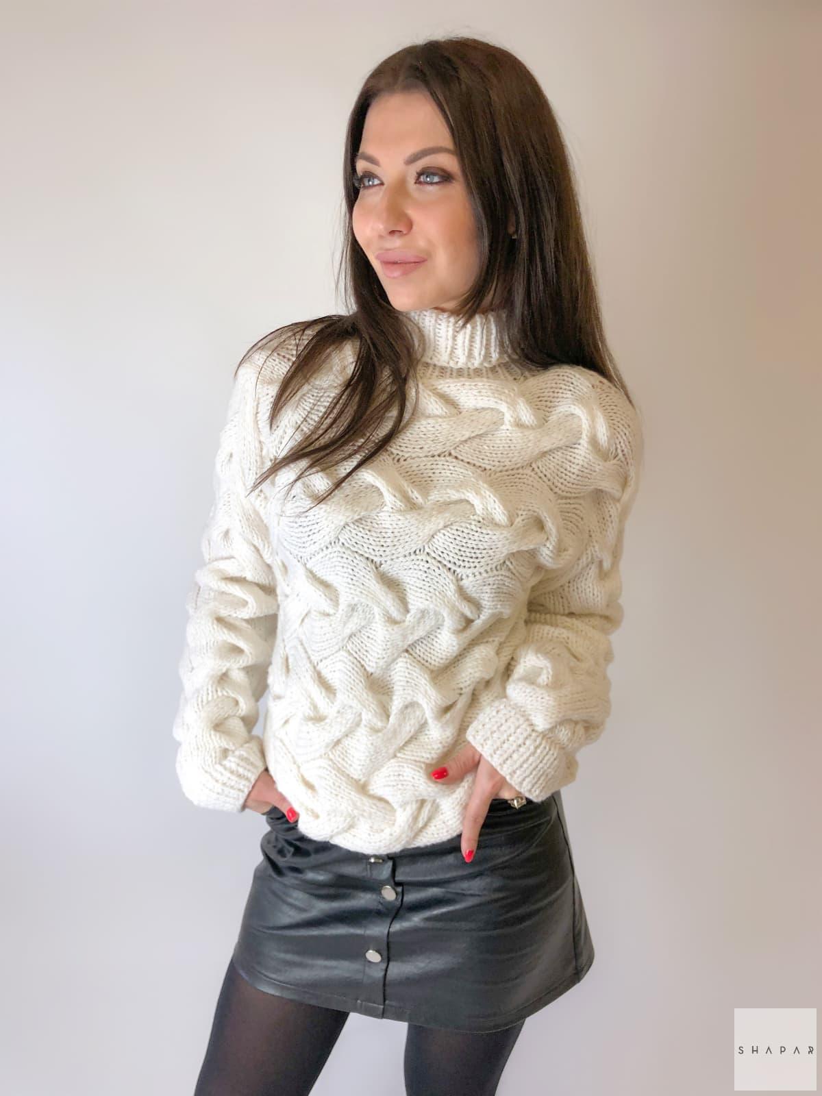 На пятой фотографии красивый женский свитер с воротником стойкой от Shapar, бренда вязаной одежды ручной работы в интернет-магазине связанных спицами вещей.