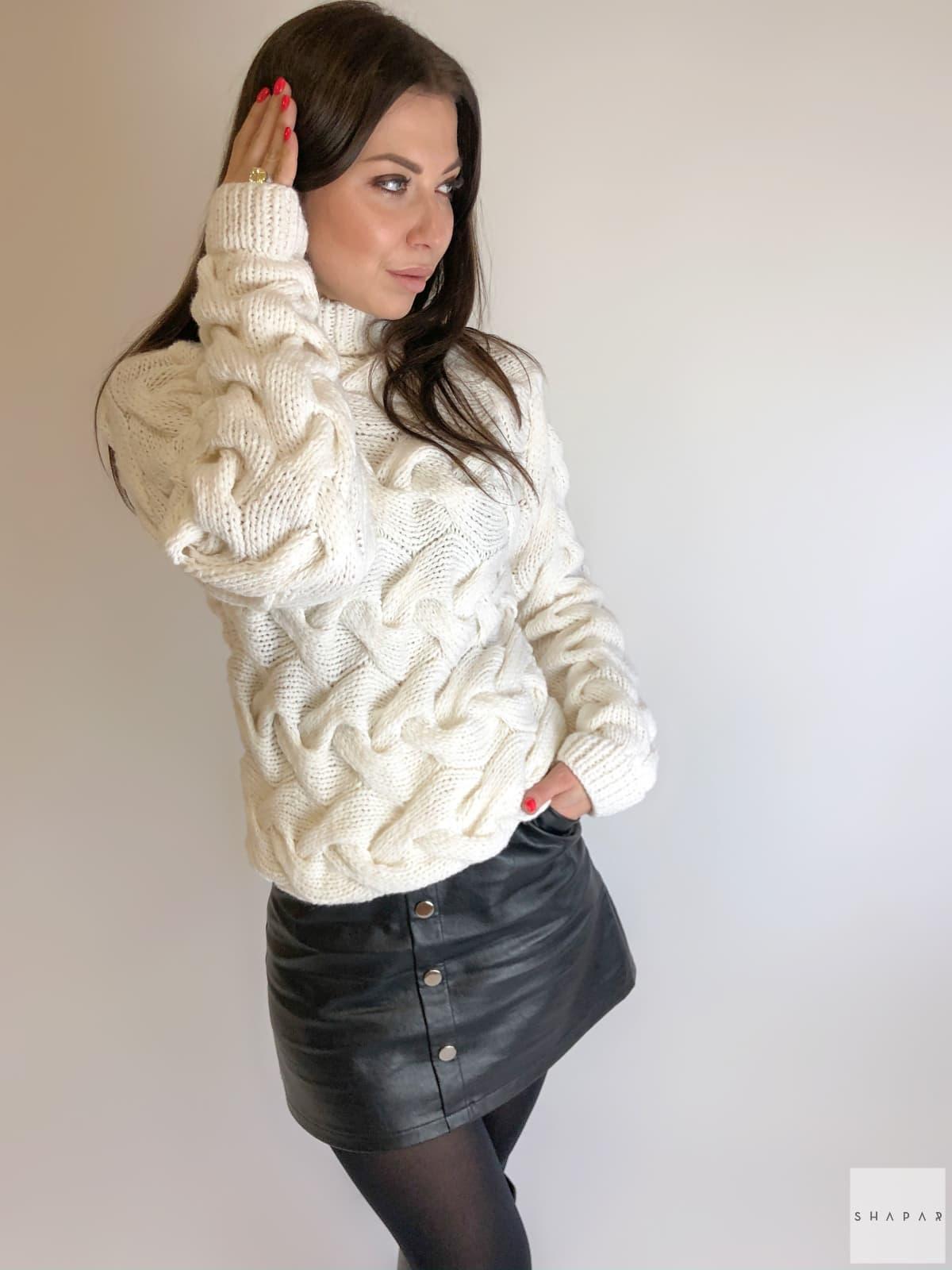 На фотографии красивый женский свитер от Shapar, бренда вязаной одежды ручной работы в интернет-магазине связанных спицами вещей.